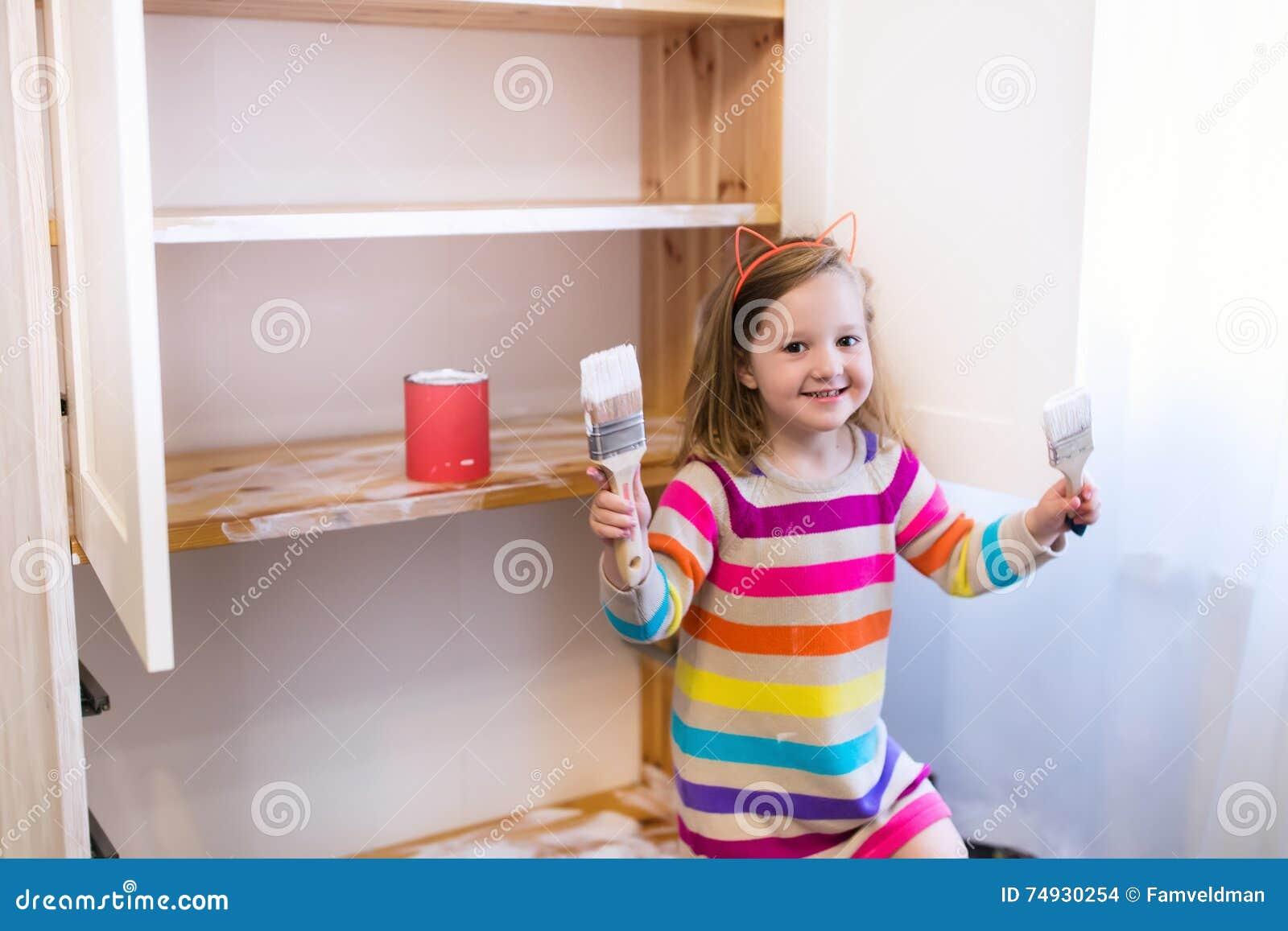 Meisje die houten kast schilderen stock foto afbeelding