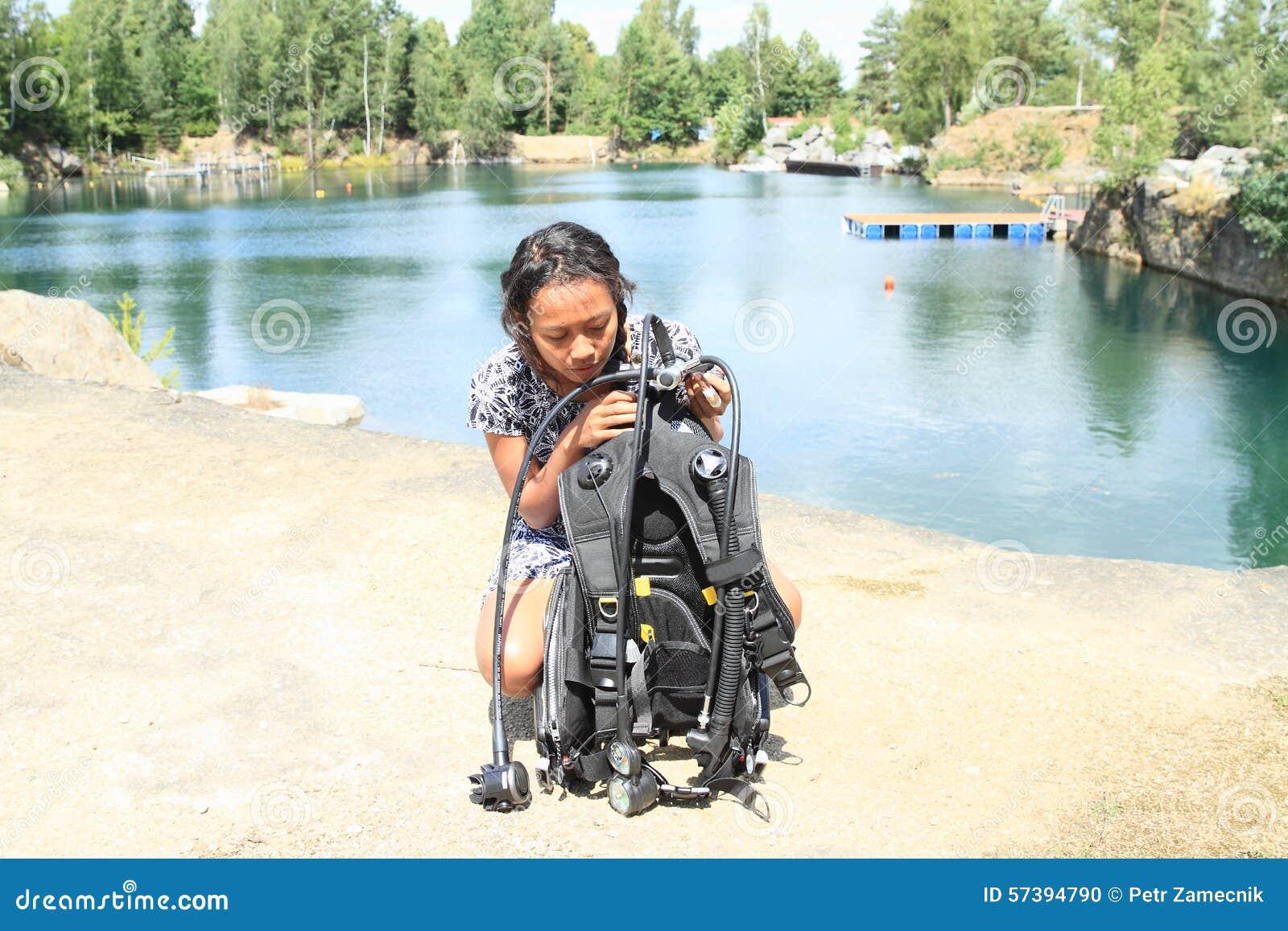 Meisje die klaar voor het duiken worden