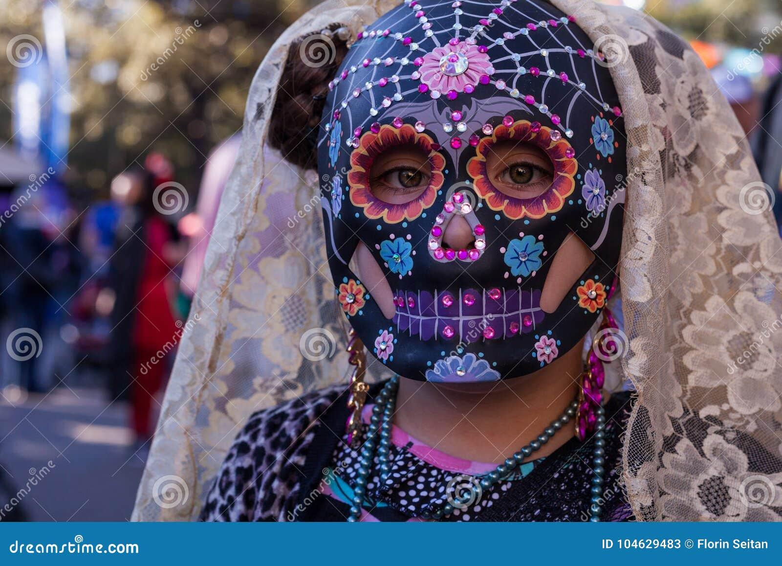 Download Meisje Die Kleurrijke Schedelmasker En Kantsluier Voor Dia De Los Muertos /Day Van De Doden Dragen Stock Afbeelding - Afbeelding bestaande uit texas, verf: 104629483