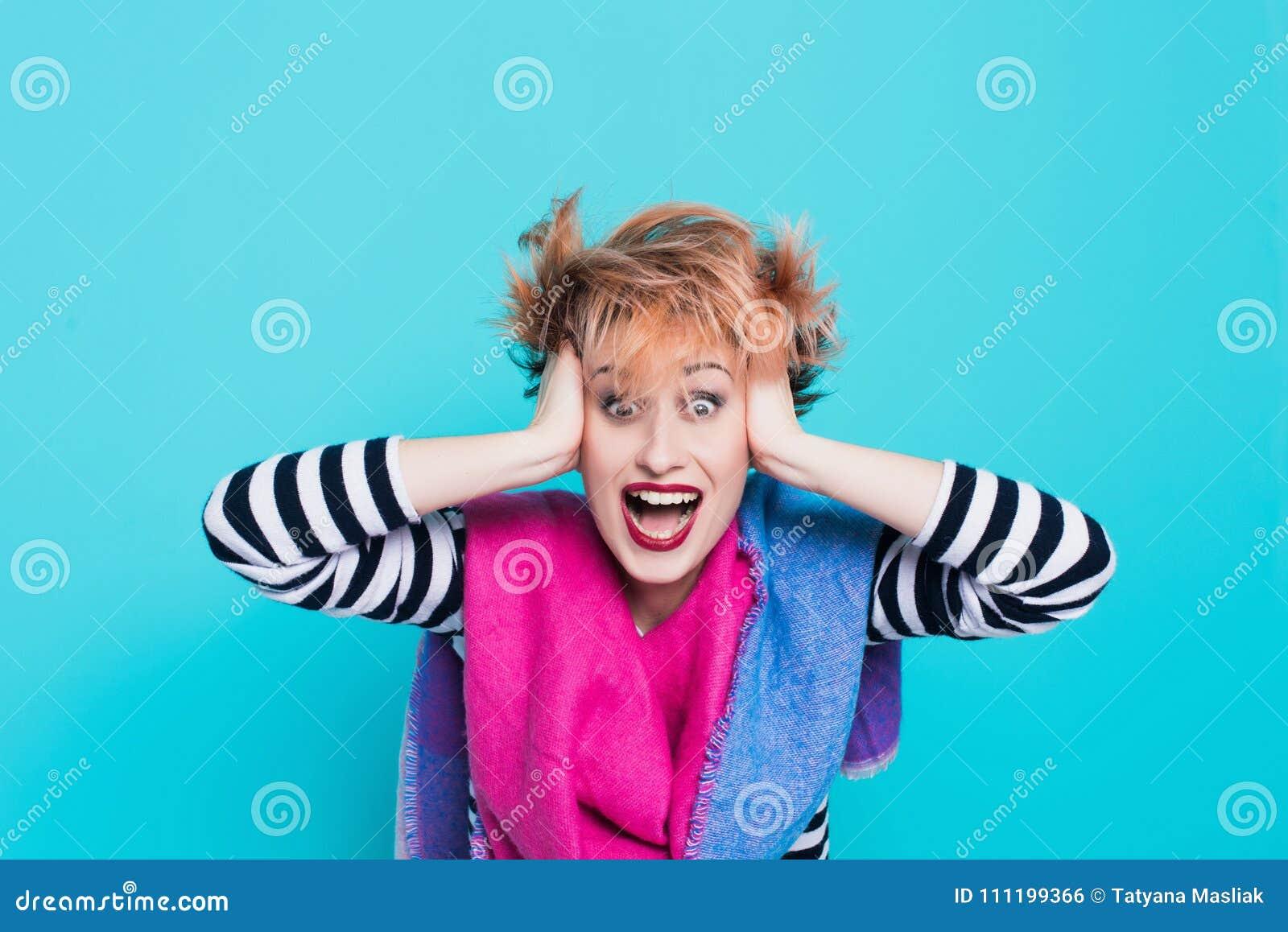 Meisje die met rood haar haar het hoofd schreeuwen houden Spanning en hysterisch Negatieve emoties Het schot van de studio
