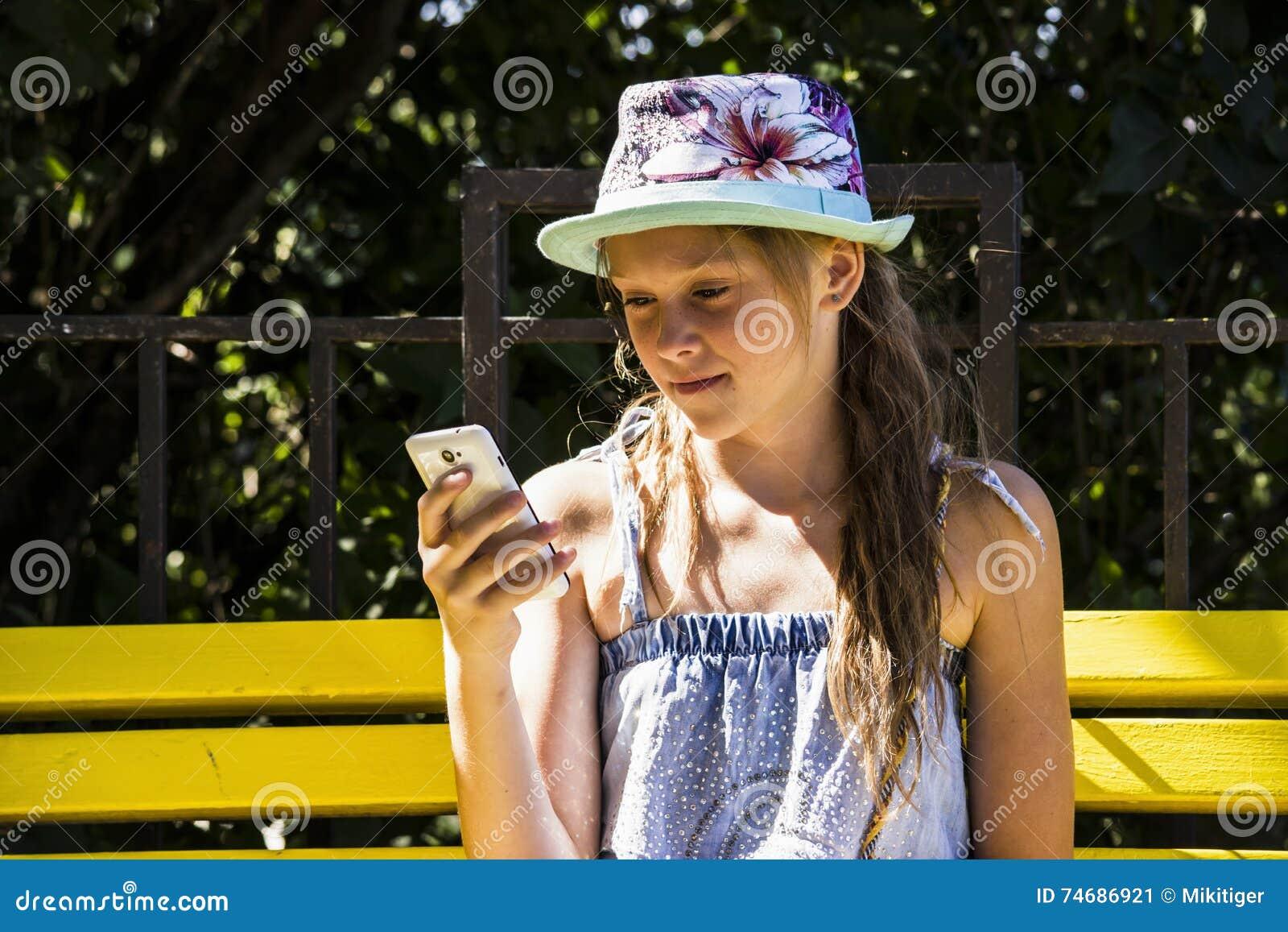 Meisje die mobiles kijken