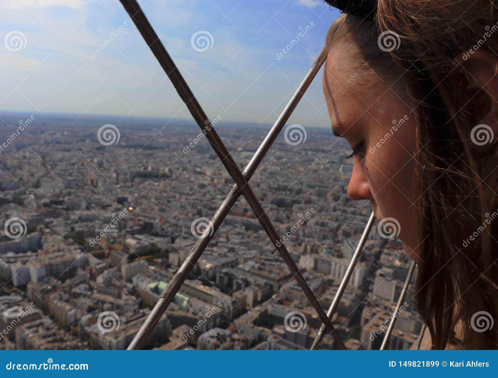 Meisje die neer de stad bekijken