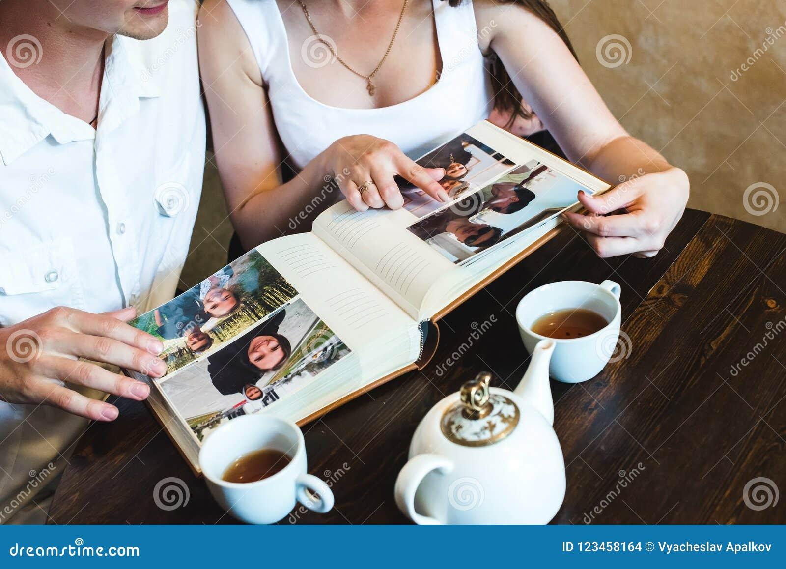 Meisje die op de foto in het album richten
