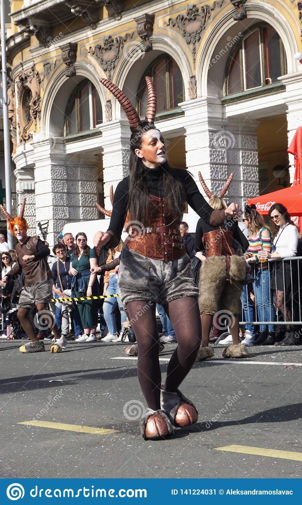 Meisje die die op de straat dansen in de godspan wordt gemaskeerd op de Carnaval-vieringsdag