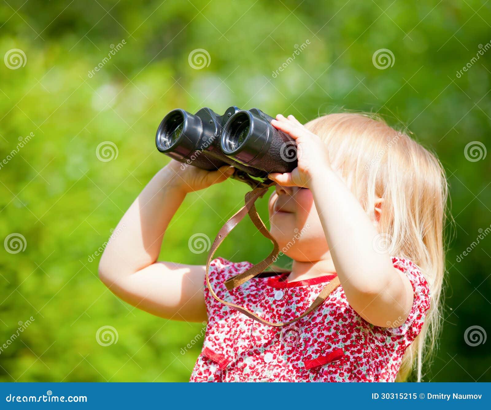Kind die door verrekijkers kijken royalty vrije stock foto for Konzentrationsschw che kind