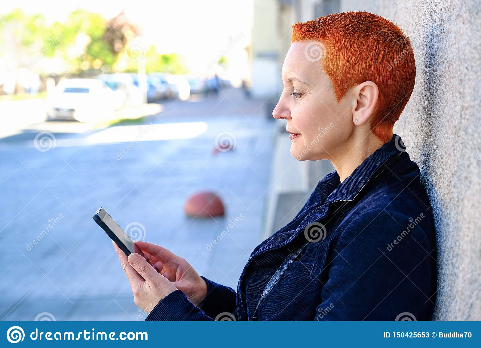 Meisje die SMS in smartphone lezen De emotie van blije verrassing Het korte kapsel van vrouwen Modieuze Modieus