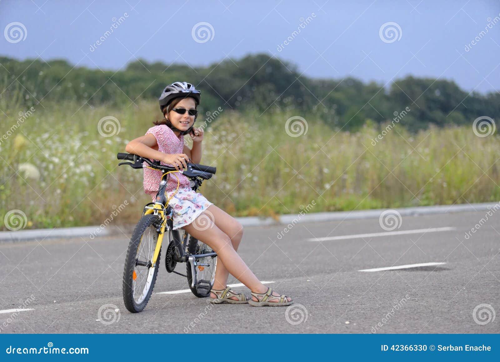 Meisje die tegen fiets leunen