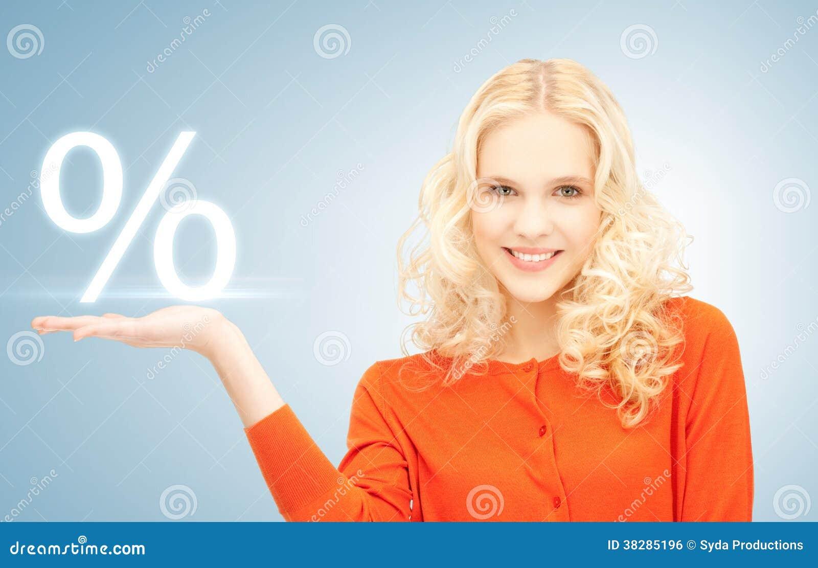 Meisje die teken van percenten in haar hand tonen