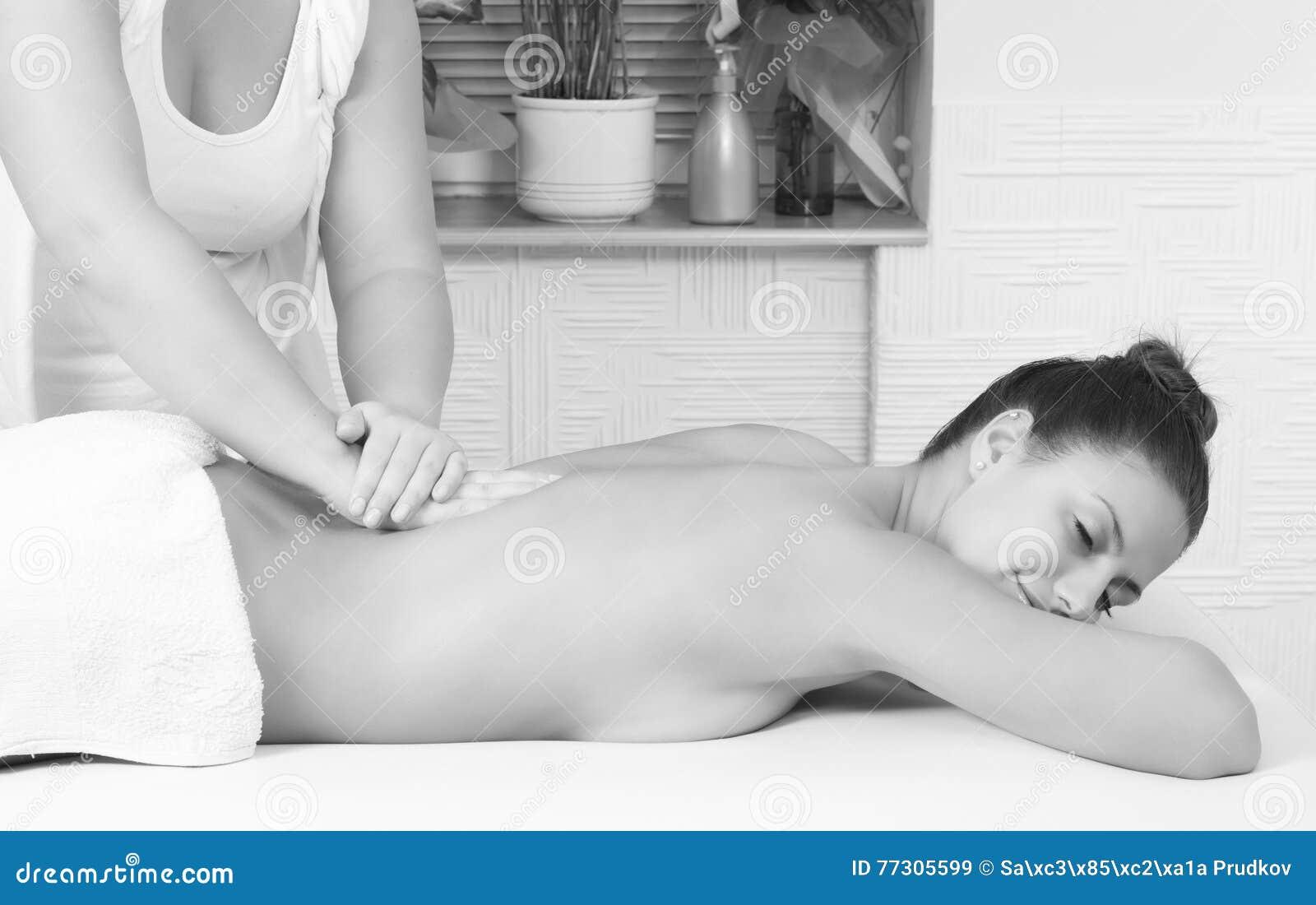 Meisje die van achtermassage van massagetherapeut genieten in beauty spa