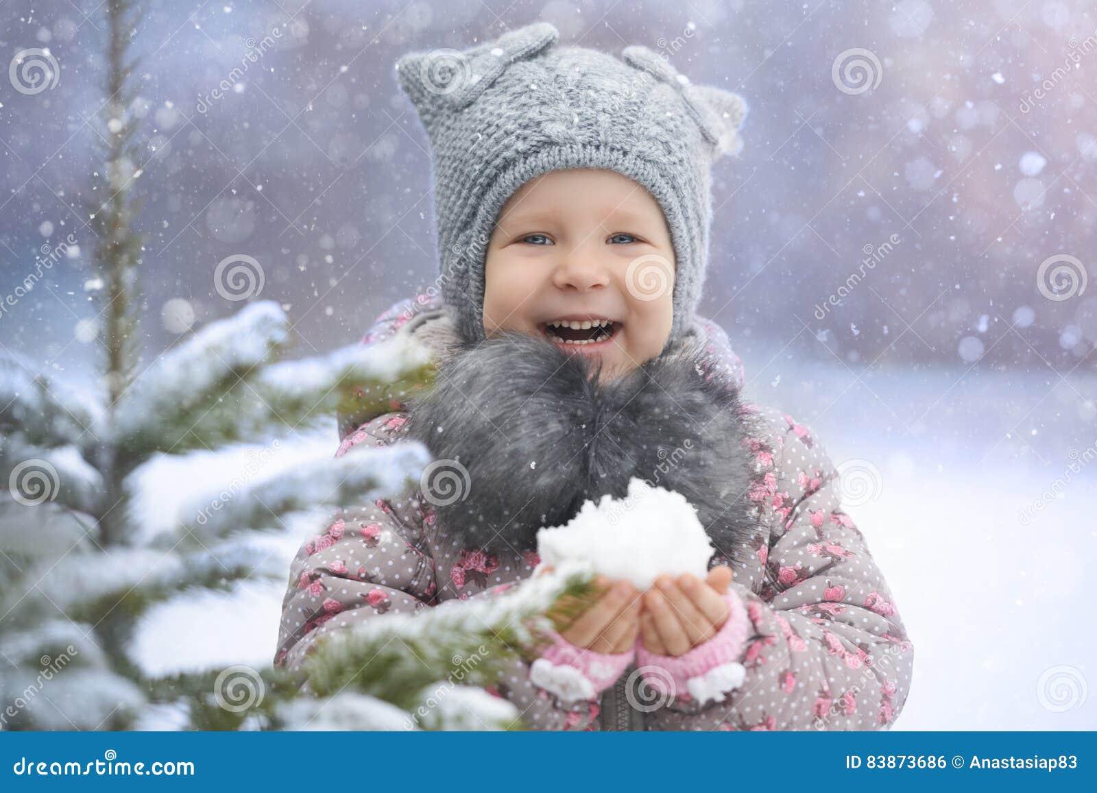 Meisje die van eerste sneeuw genieten