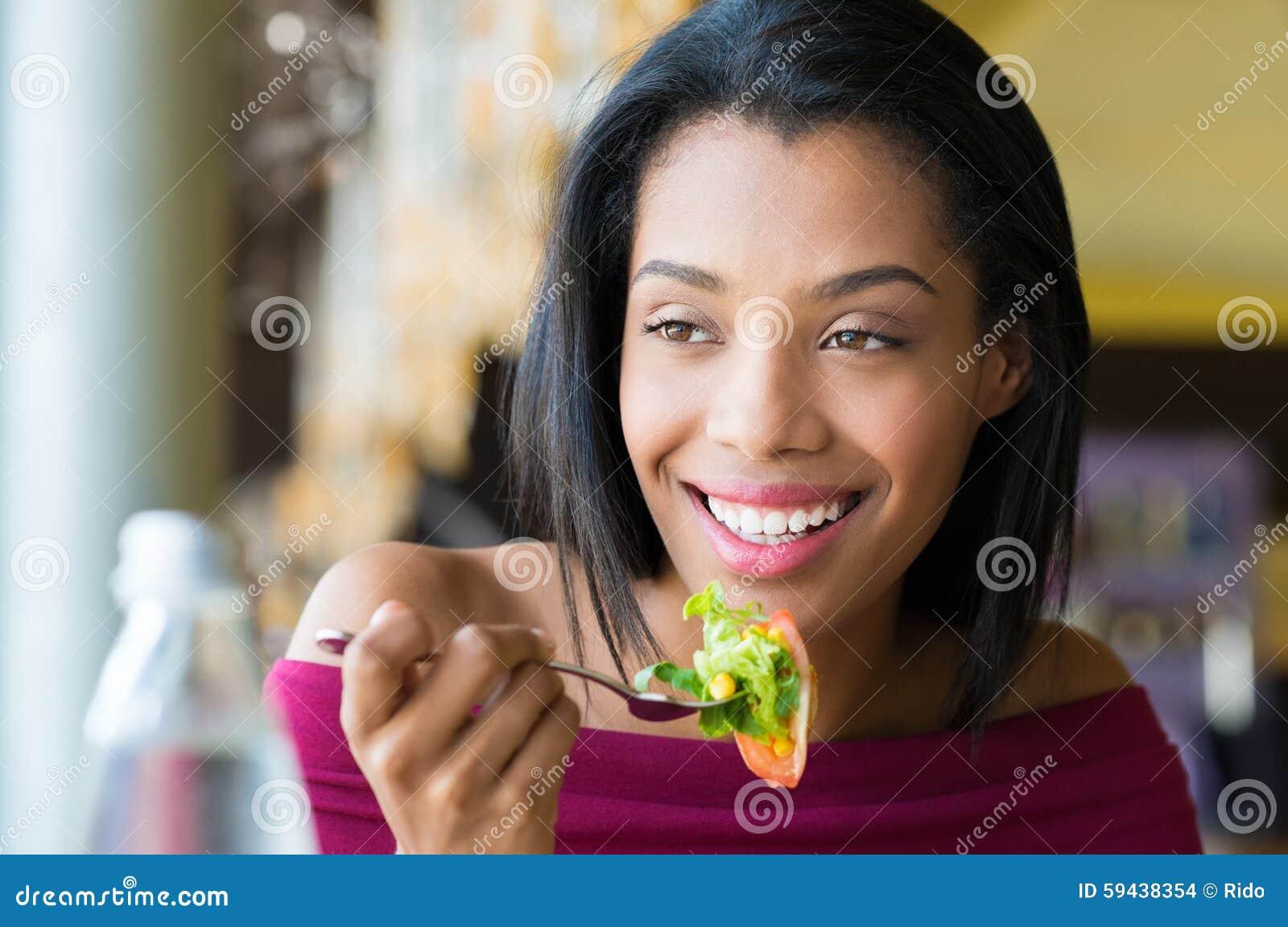 Meisje die verse salade eten