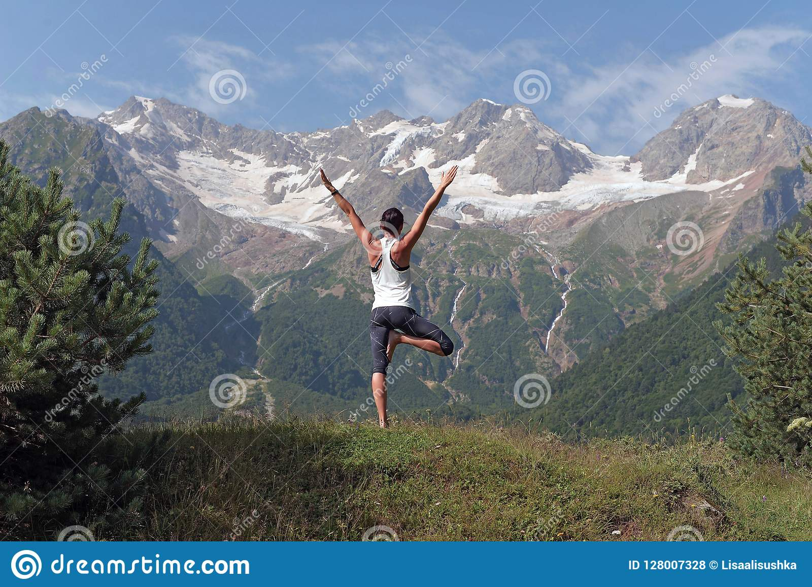 Meisje die yoga in de bergen doen
