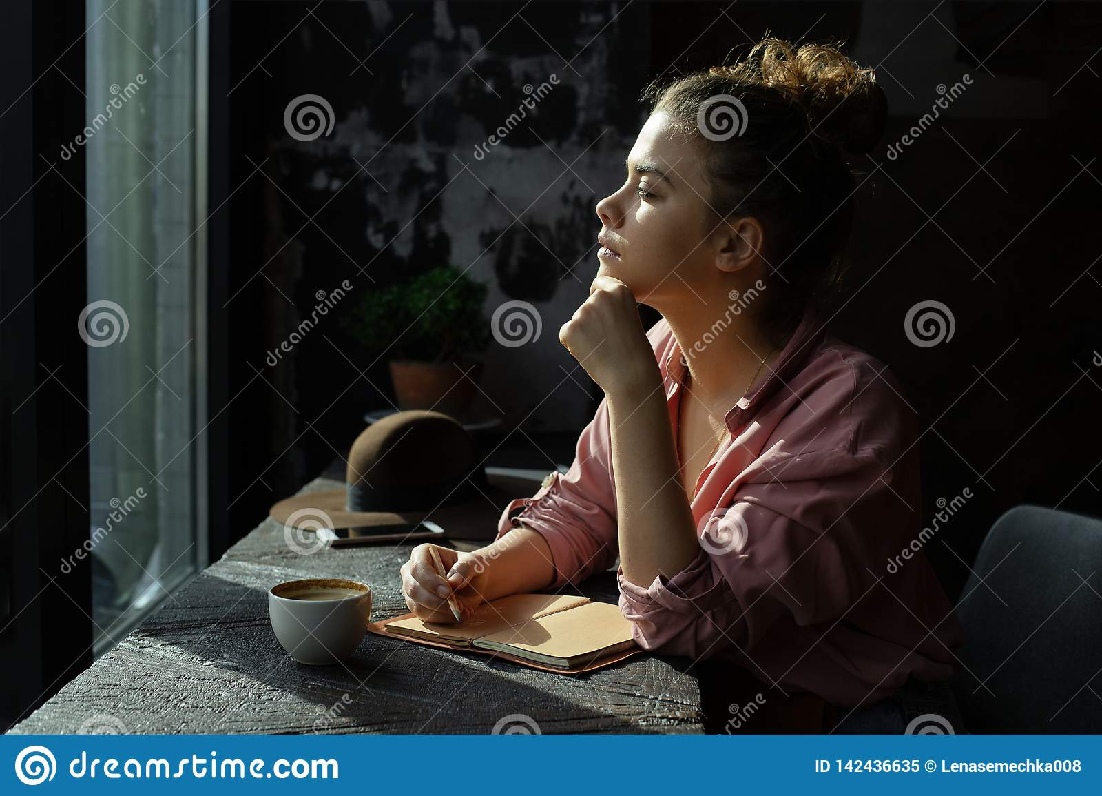 Meisje door het venster in een koffie