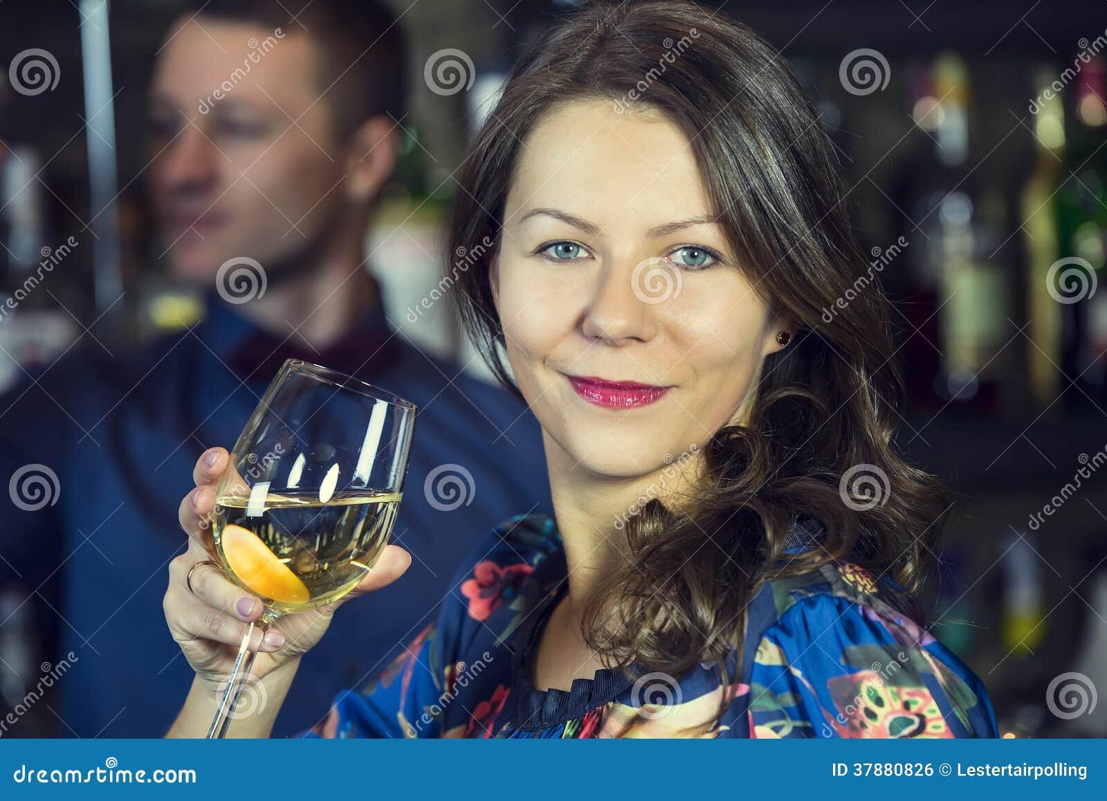 Meisje in een bar