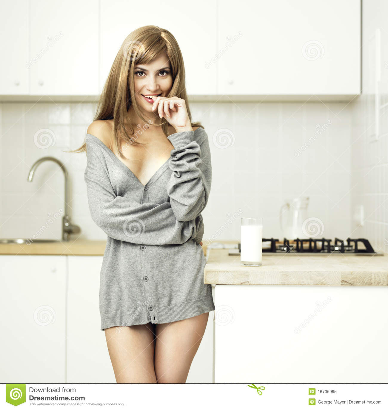 Meisje in een comfortabele keuken