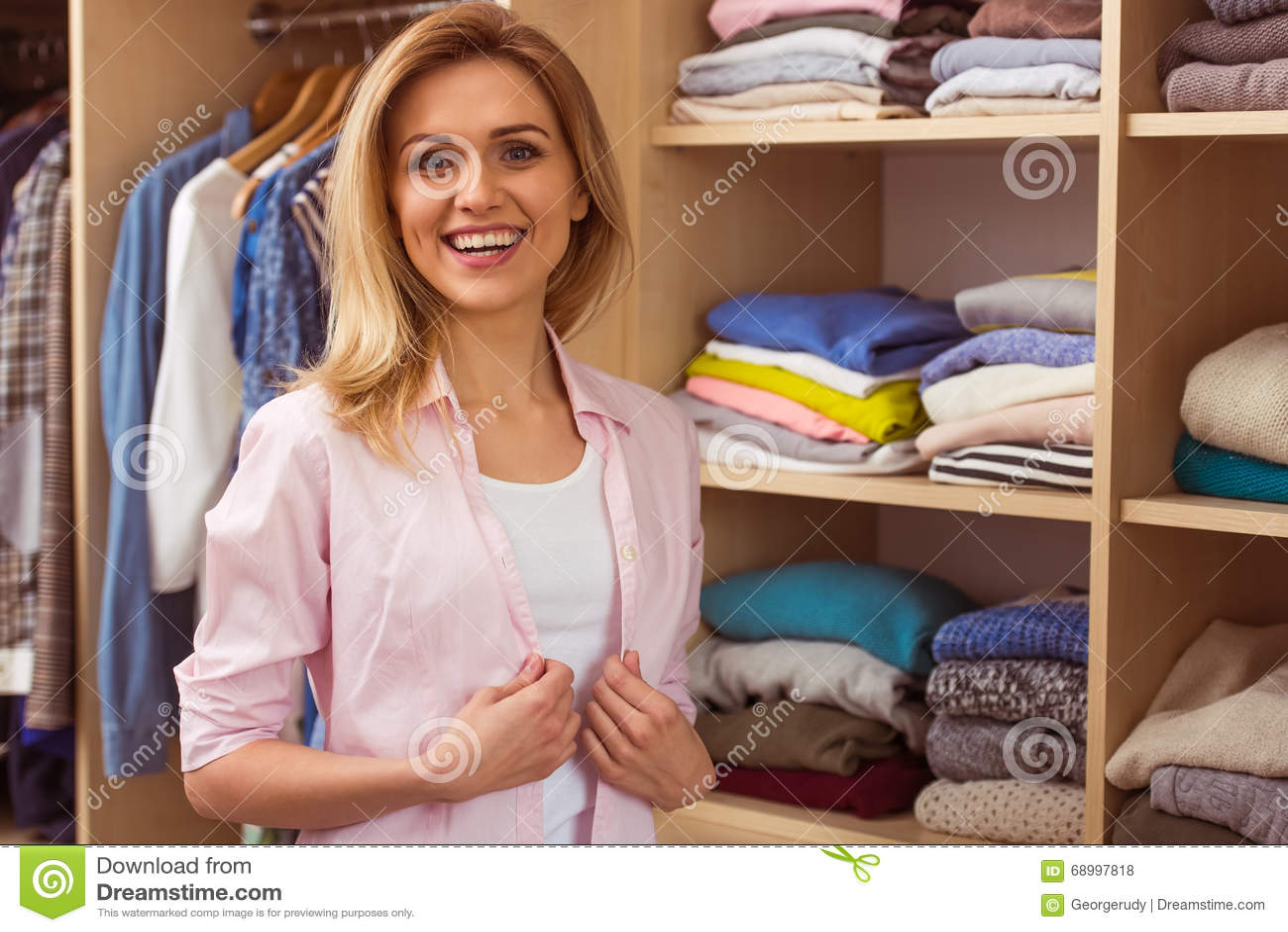 Meisje in een kleedkamer stock foto afbeelding 68997818 - Foto tiener ruimte meisje ...