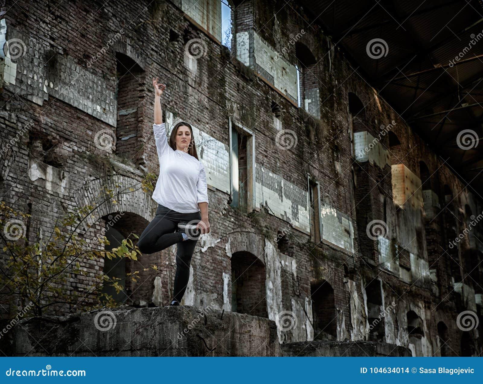 Download Meisje In Een Oud Verlaten Gebouw Stock Foto - Afbeelding bestaande uit knap, schoonheid: 104634014