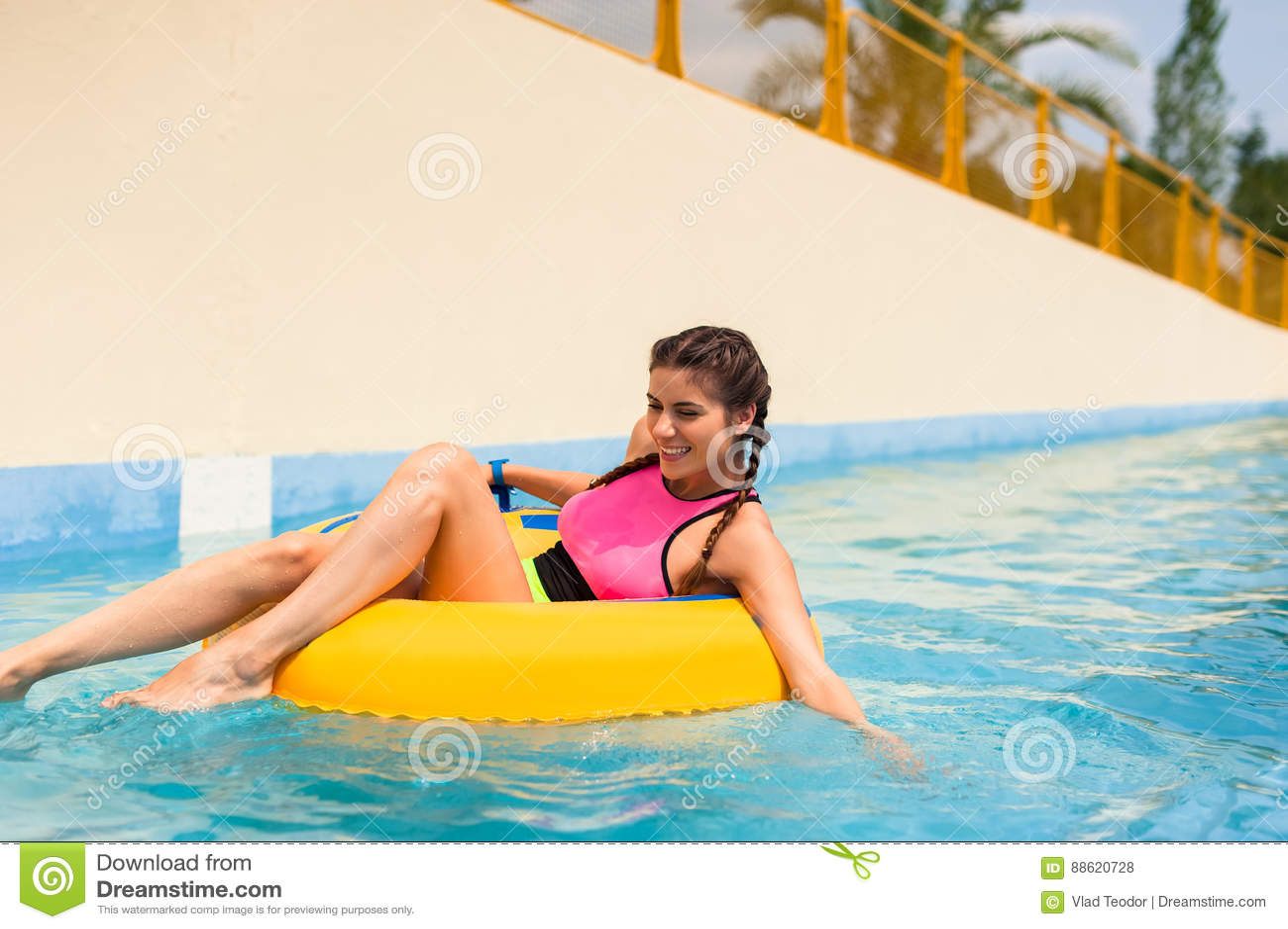 Meisje in een poolzitting in een rubber opblaasbare vlotter