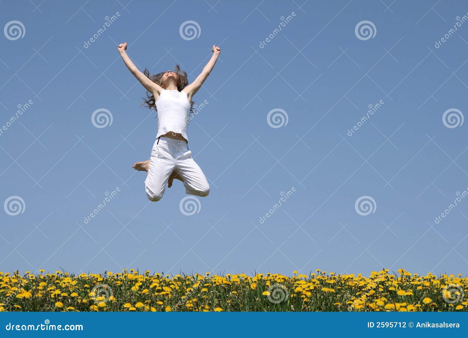 Meisje in een sprong, die omhoog eruit ziet