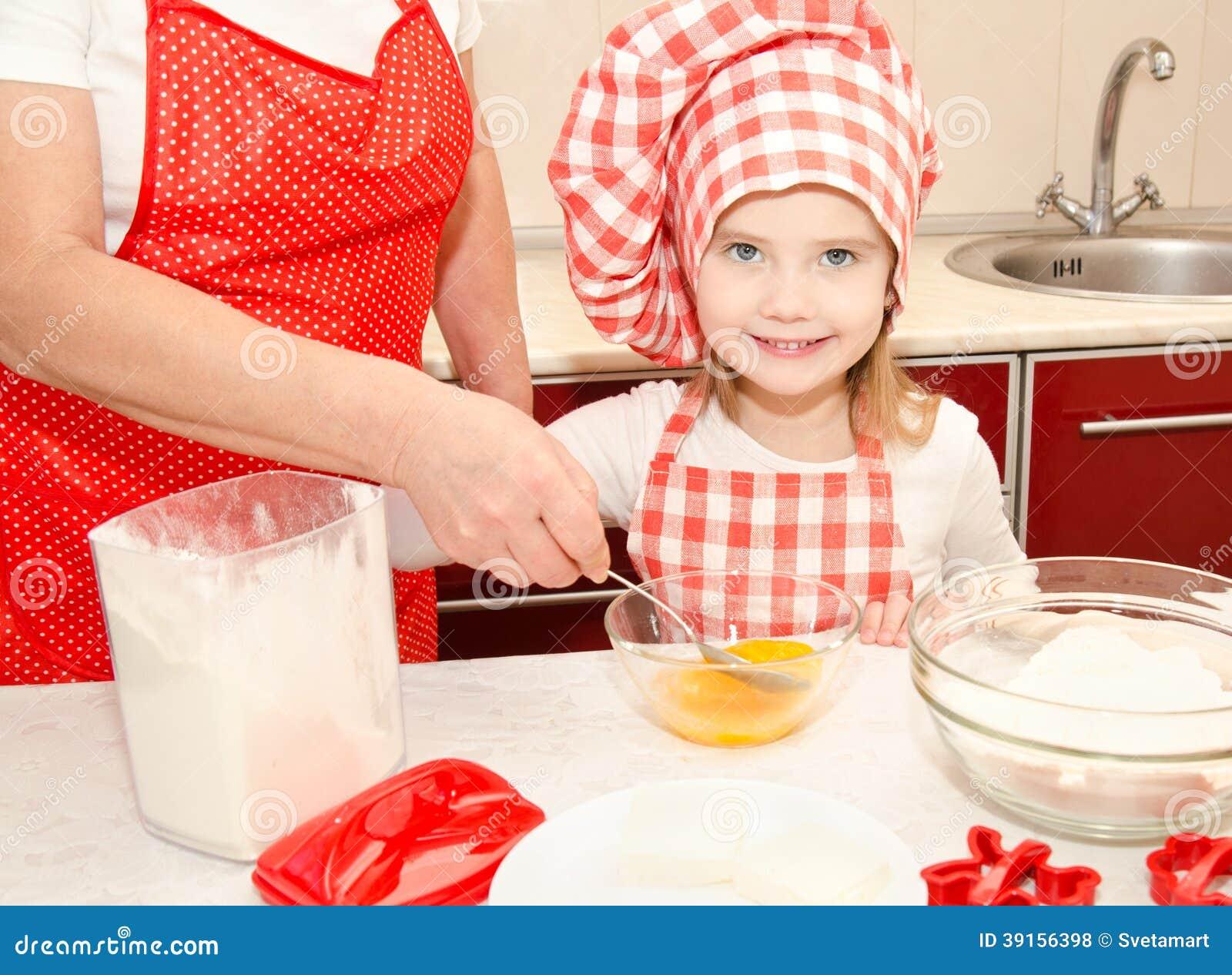 Meisje en grootmoeder stirrring koekjesdeeg