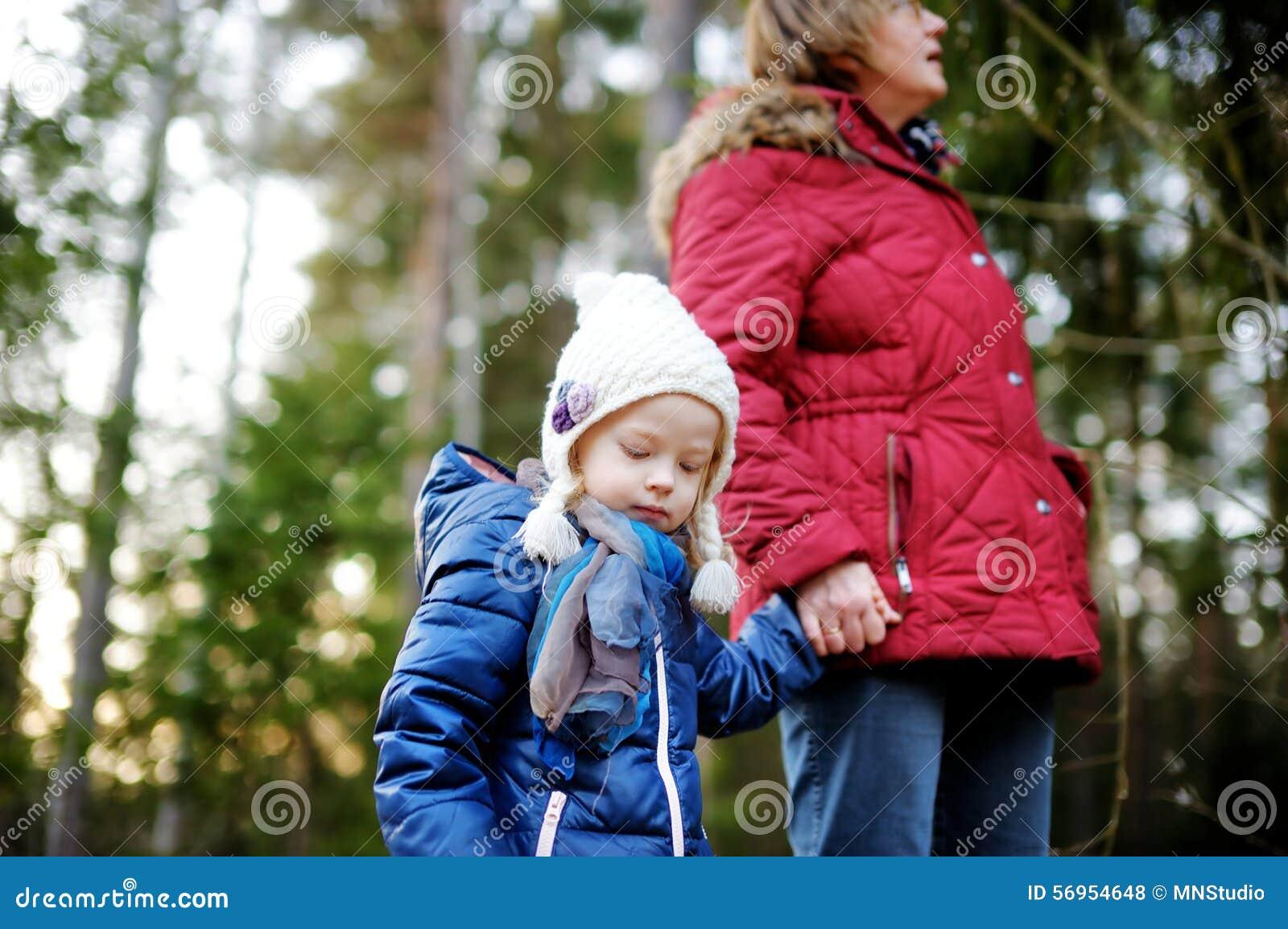 Meisje en haar grootmoeder die een gang in een bos nemen stock foto afbeelding 56954648 - Een gang ...
