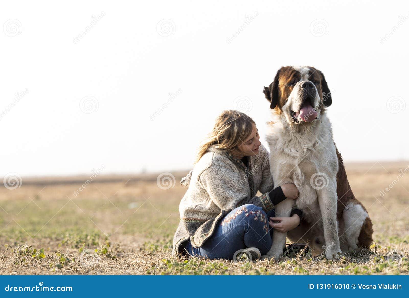 Meisje en haar grote hond