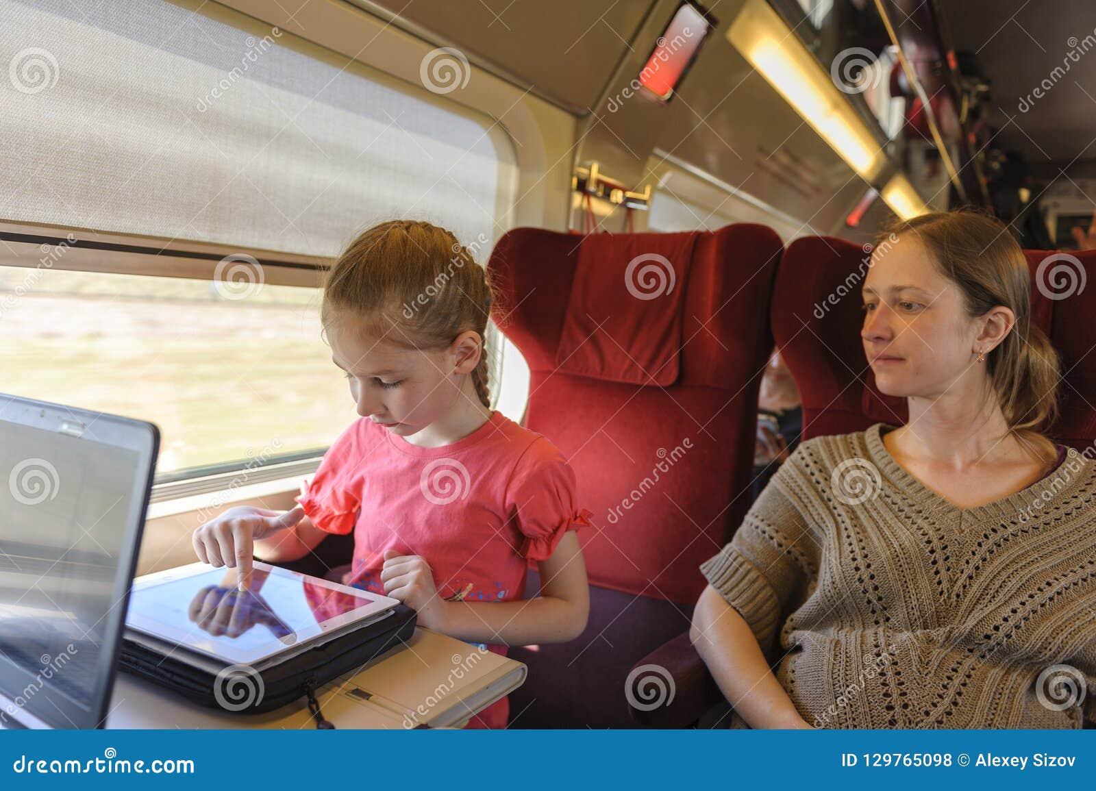 Meisje en haar moeder aan de gang