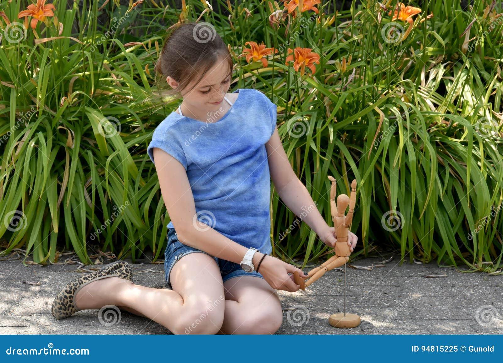 Meisje en verbonden pop