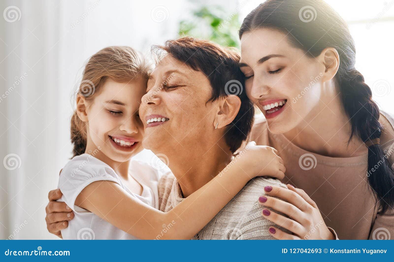 Meisje, haar moeder en grootmoeder