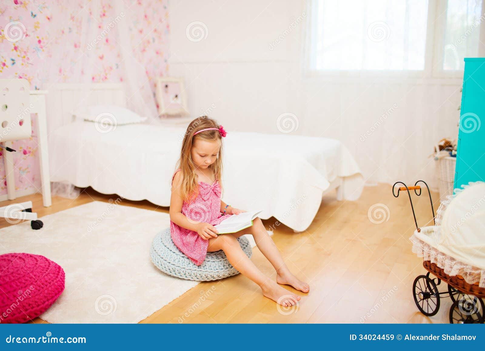 Meisje in haar ruimte royalty vrije stock afbeeldingen afbeelding 34024459 - Tiener meubilair ruimte meisje ...