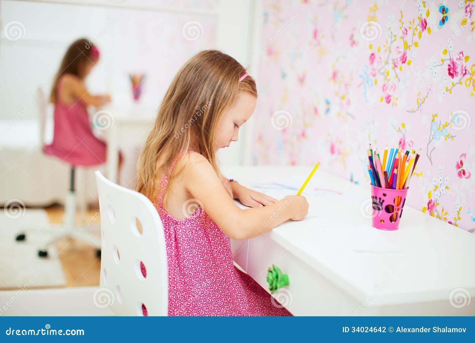 Meisje in haar ruimte stock fotografie afbeelding 34024642 - Tiener meubilair ruimte meisje ...