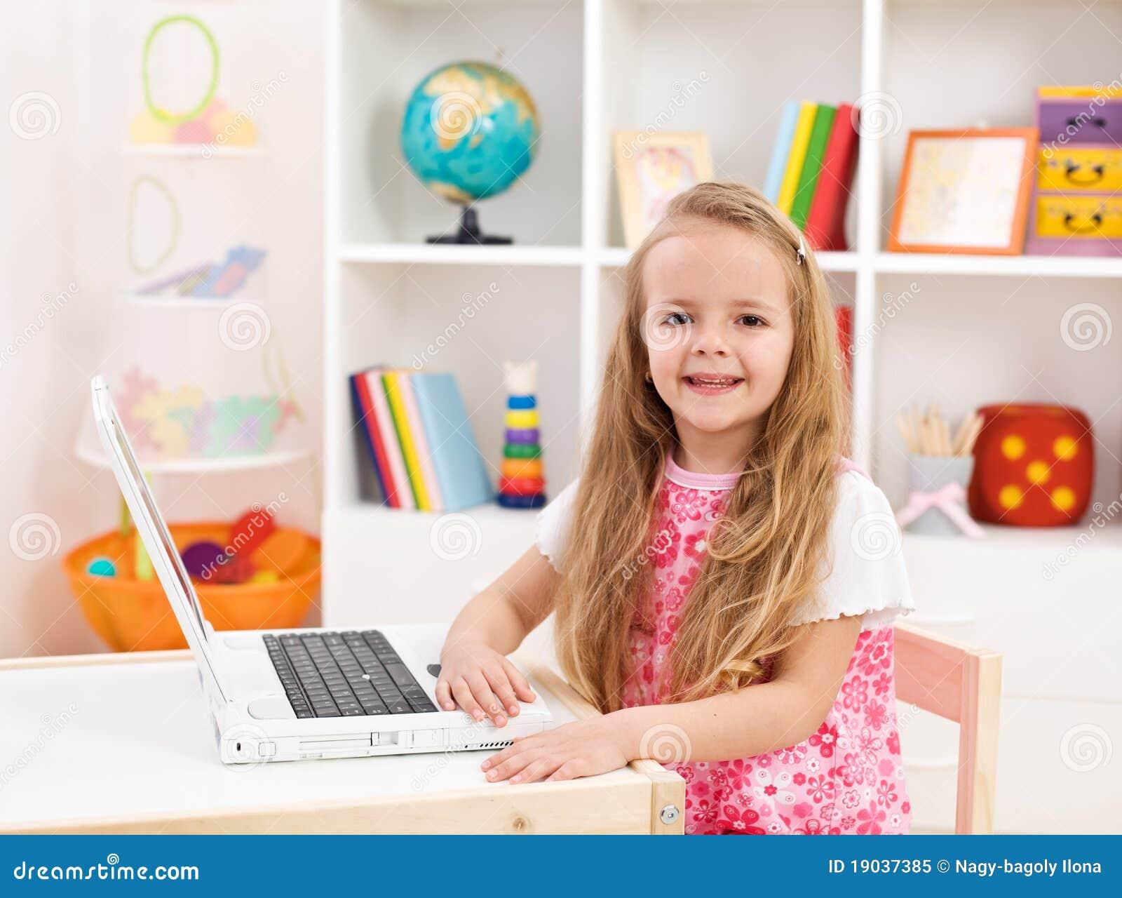 Meisje in haar ruimte die aan laptop computer werkt stock afbeelding afbeelding 19037385 - Tiener meubilair ruimte meisje ...