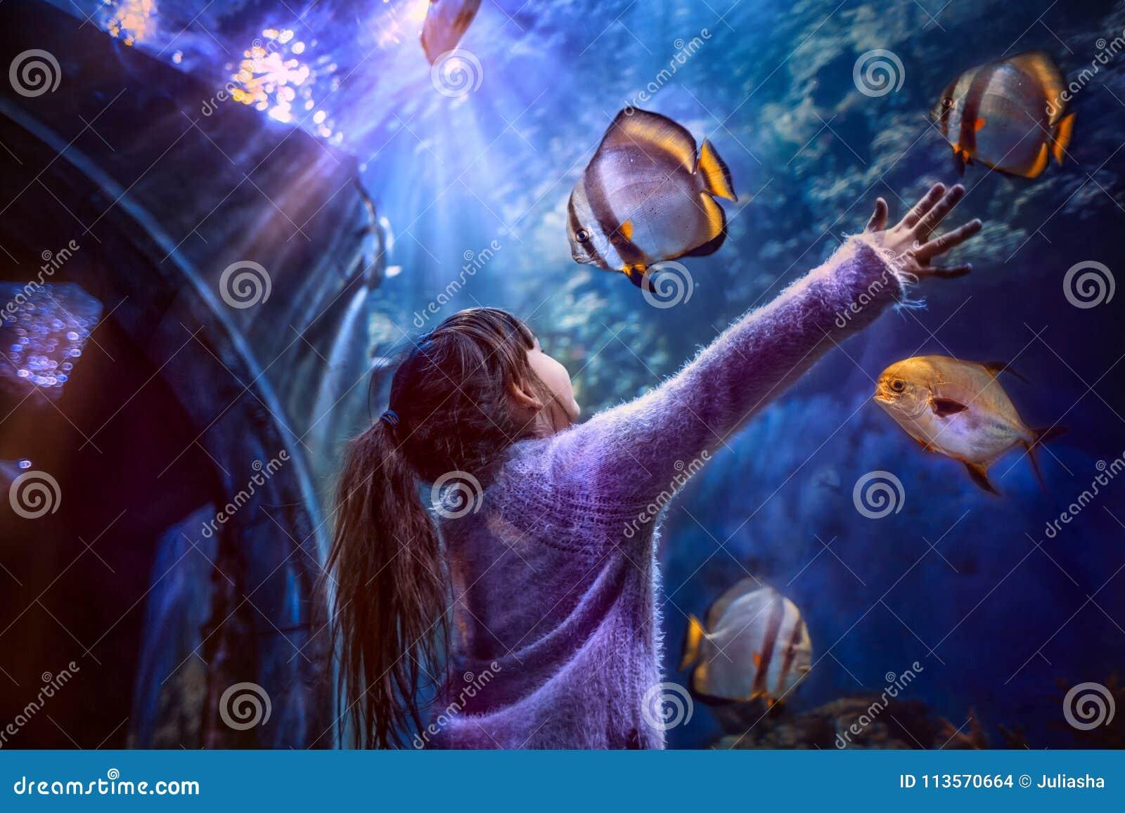 Meisje in het aquarium