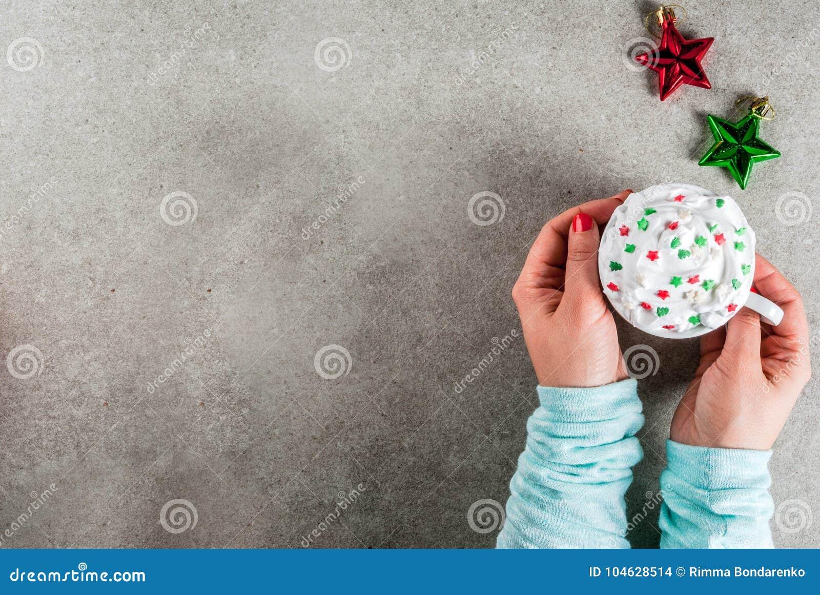 Download Meisje Het Drinken Kerstmis Hete Chocolade Stock Foto - Afbeelding bestaande uit greep, koffie: 104628514