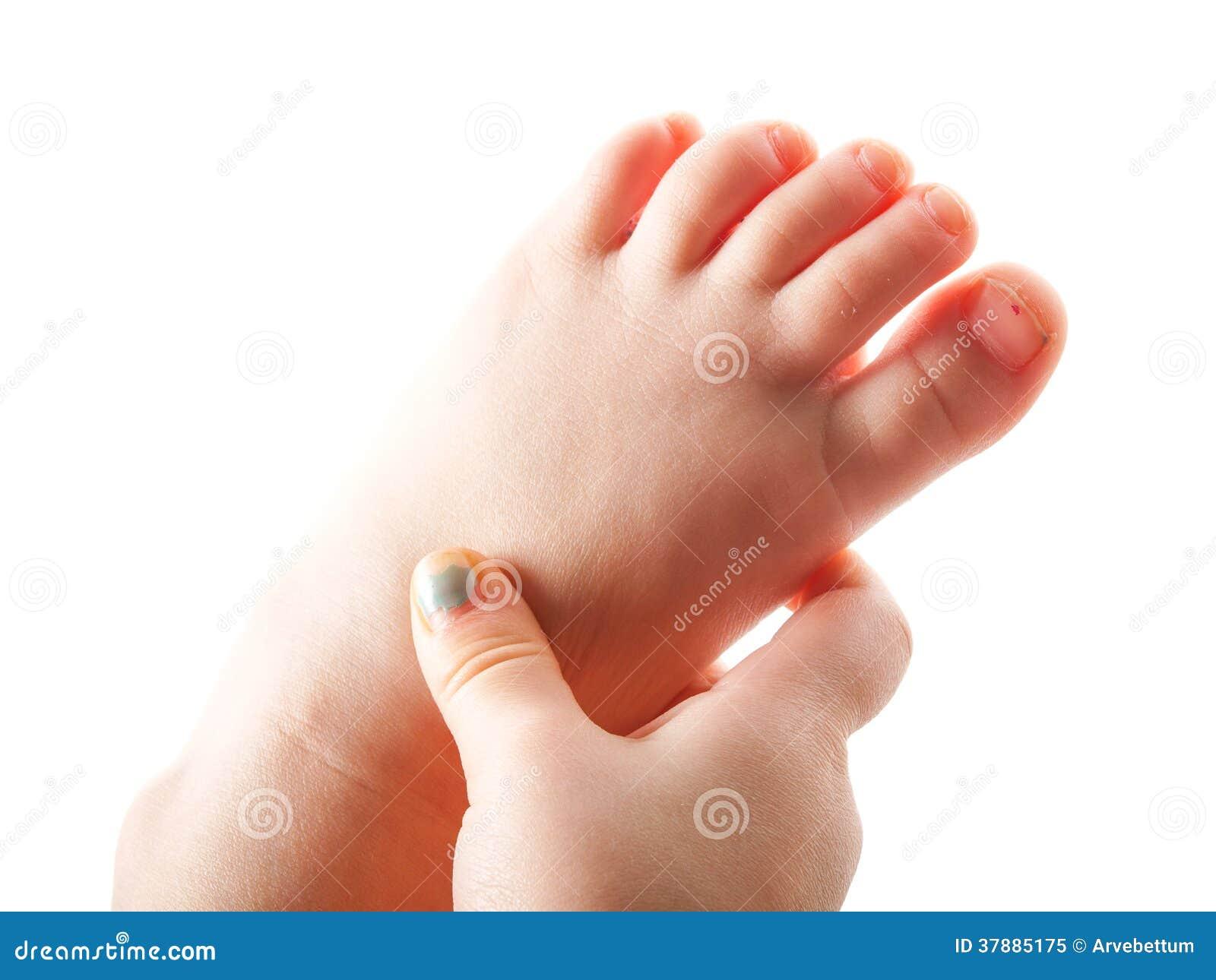 Meisje het grijpen voet