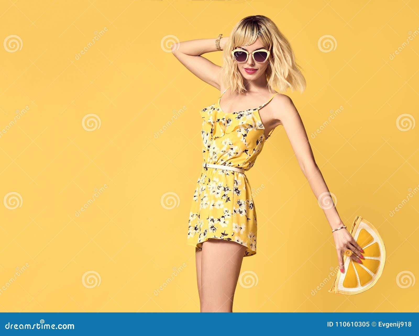 4d4b33067b96b6 Glamour Kortharig meisje in het Modieuze Zonnebril Dansen Het jonge  vrouwelijke Blonde model van Hipster in de Modieuze Uitrusting van de  manierzomer Mooie ...