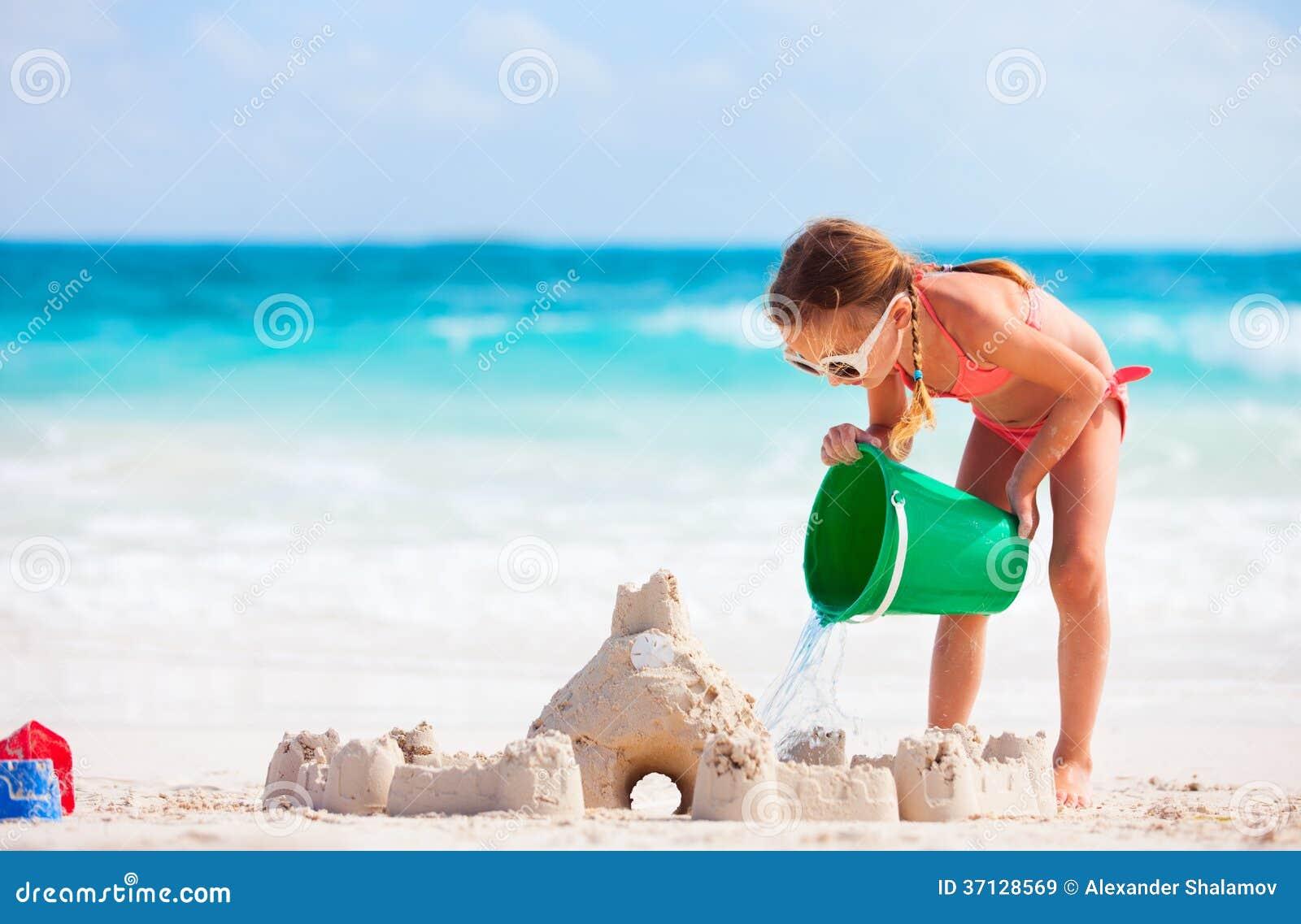 Meisje het spelen bij strand
