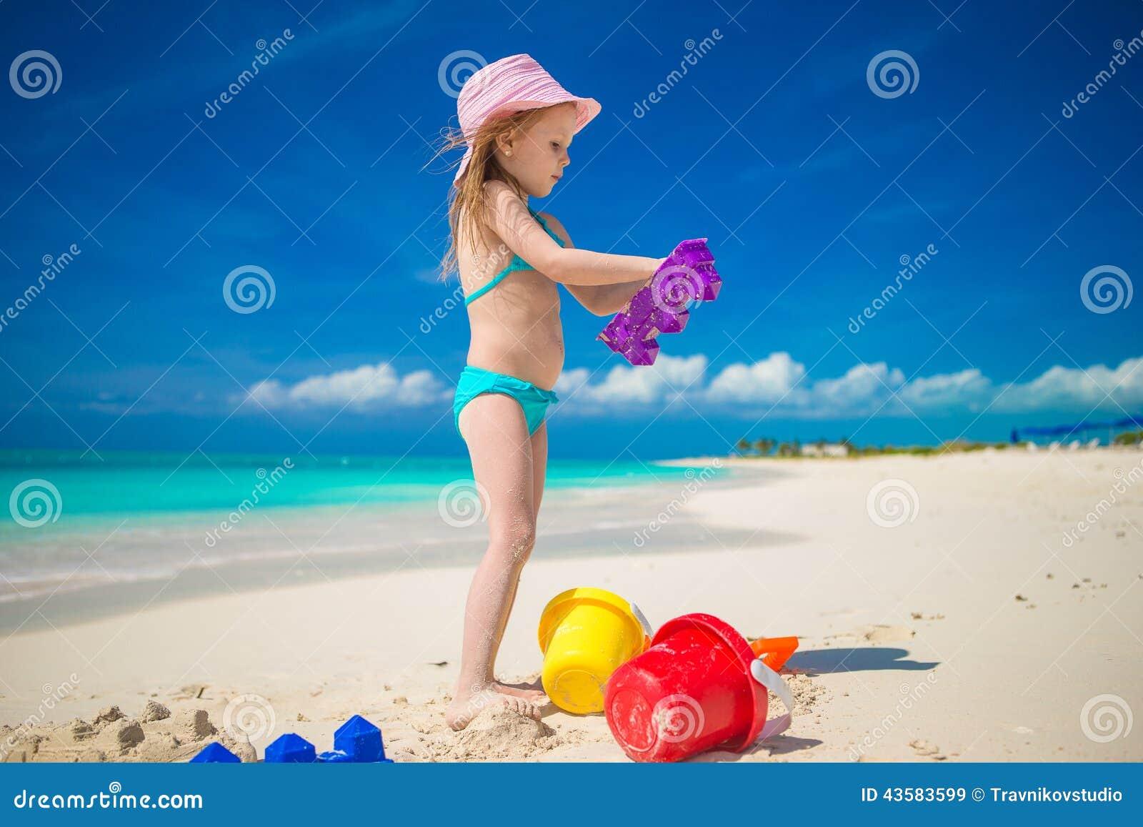 Meisje het spelen met strandspeelgoed tijdens