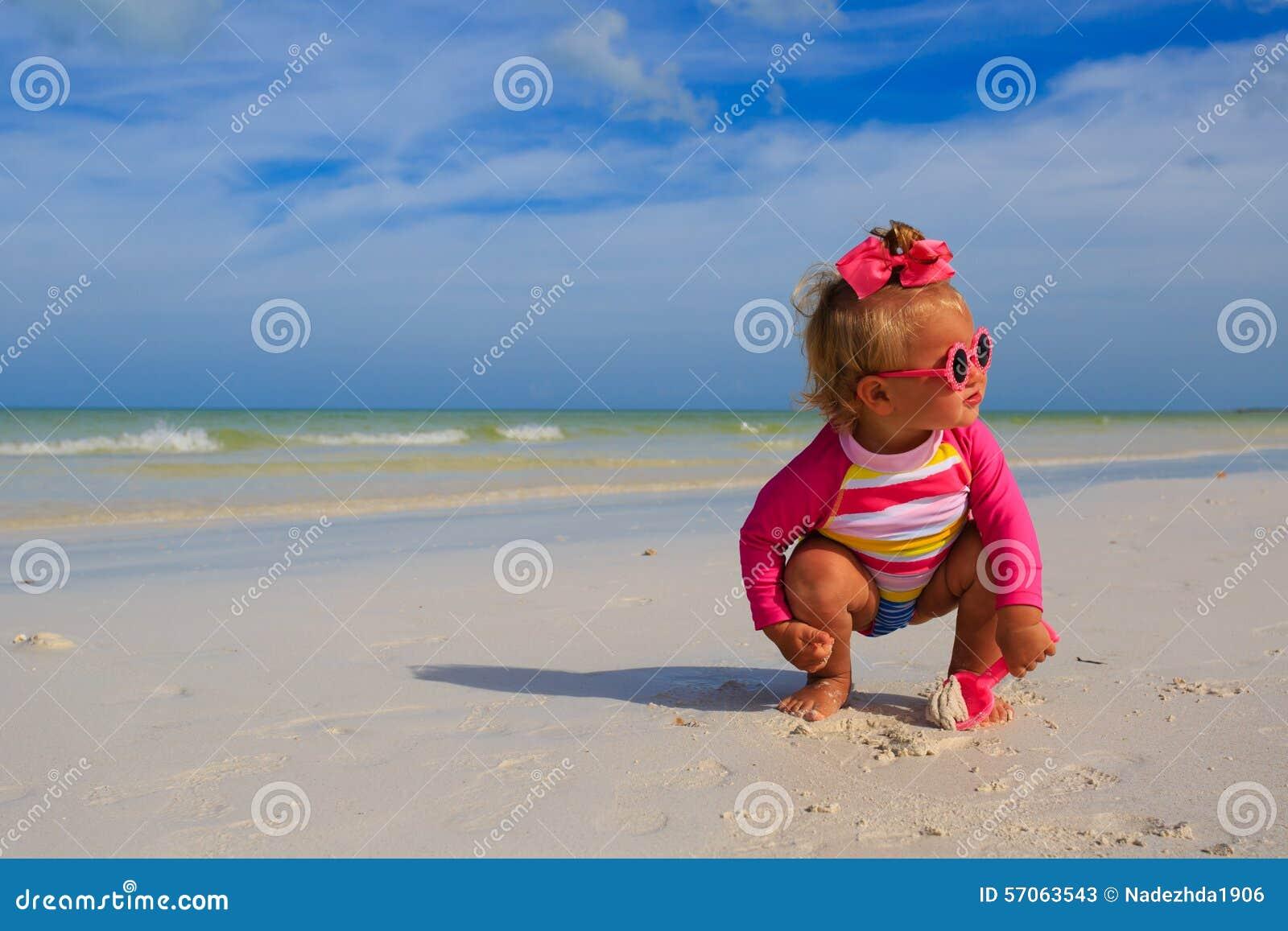 Meisje het spelen op de zomerstrand