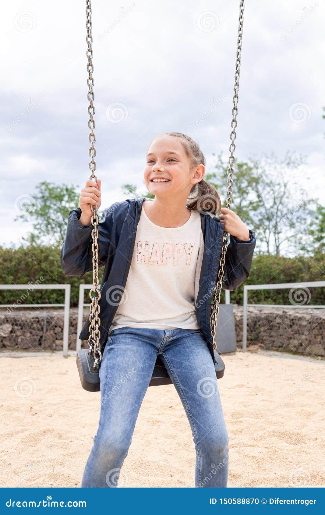 Meisje het spelen in het park op groene achtergrond
