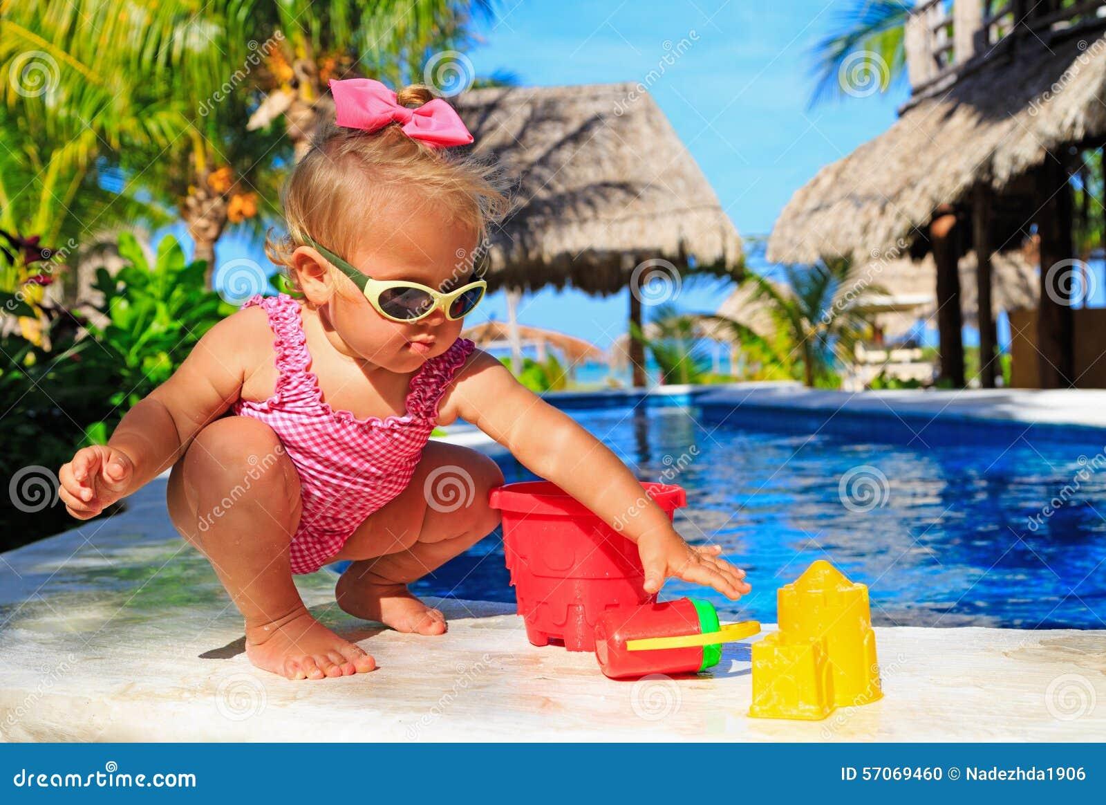 Meisje het spelen in zwembad bij tropisch