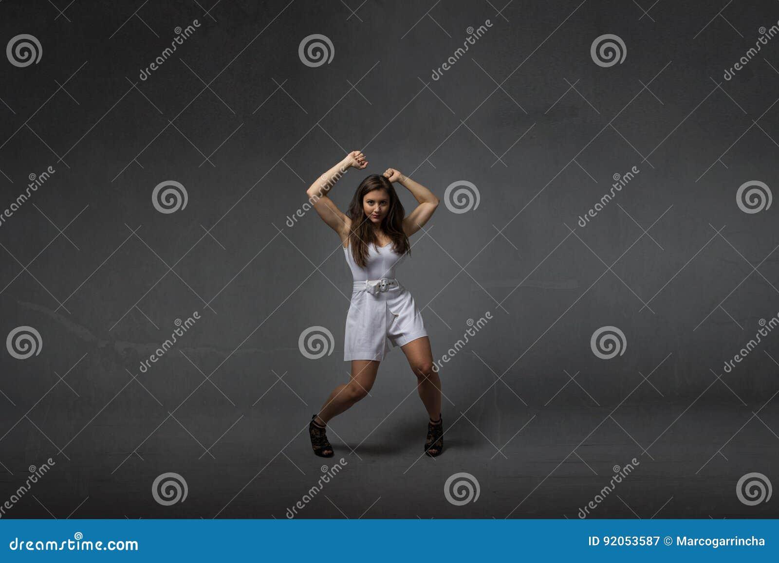 Meisje in het wilde dansen