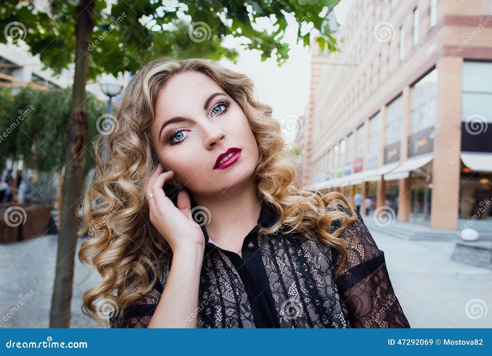 Meisje 25 jaar oude status in de stad stock foto afbeelding 47292069 - Jaar oude meisje kamer foto ...