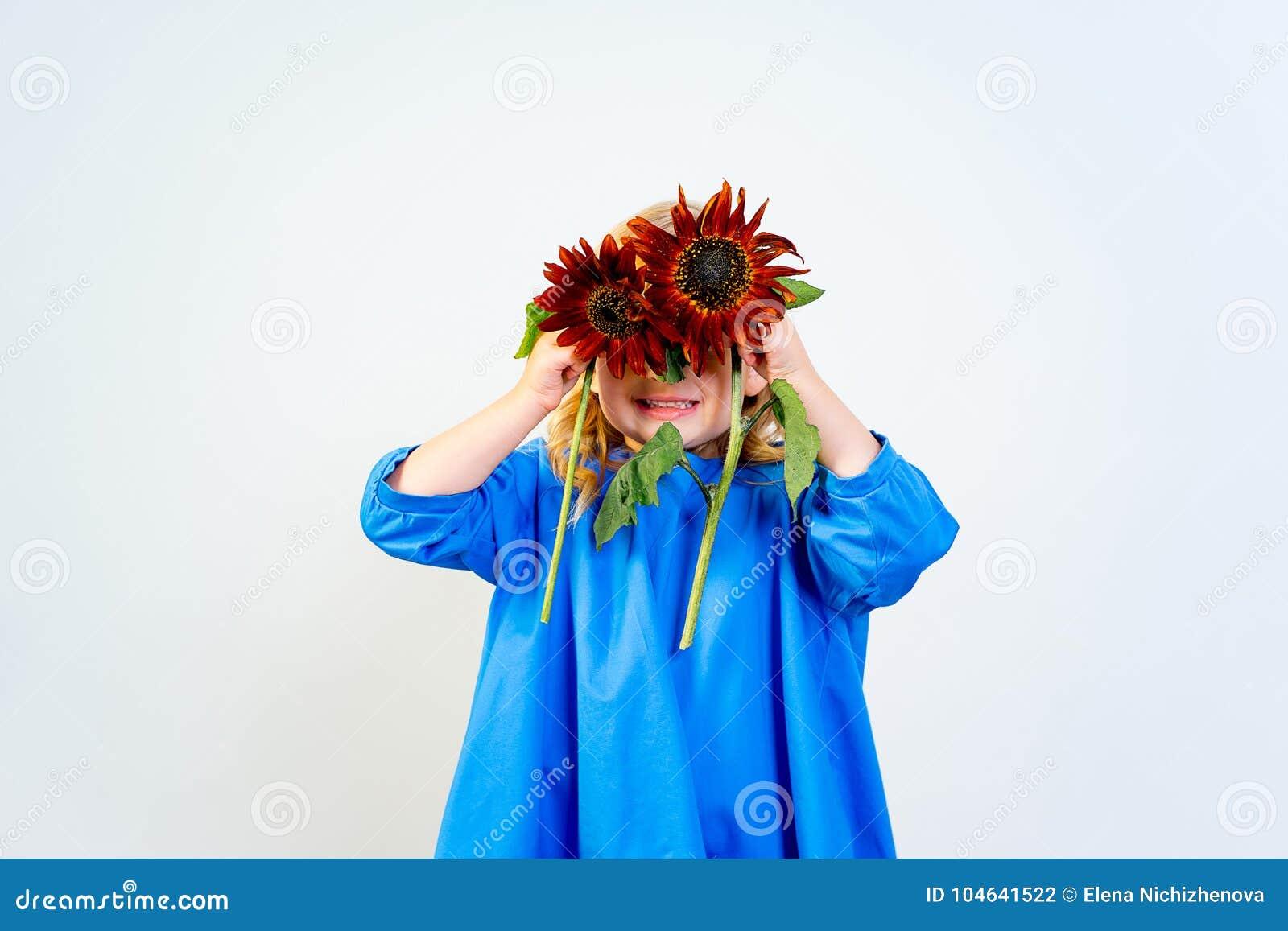 Download Meisje met bloemen stock foto. Afbeelding bestaande uit hoofd - 104641522