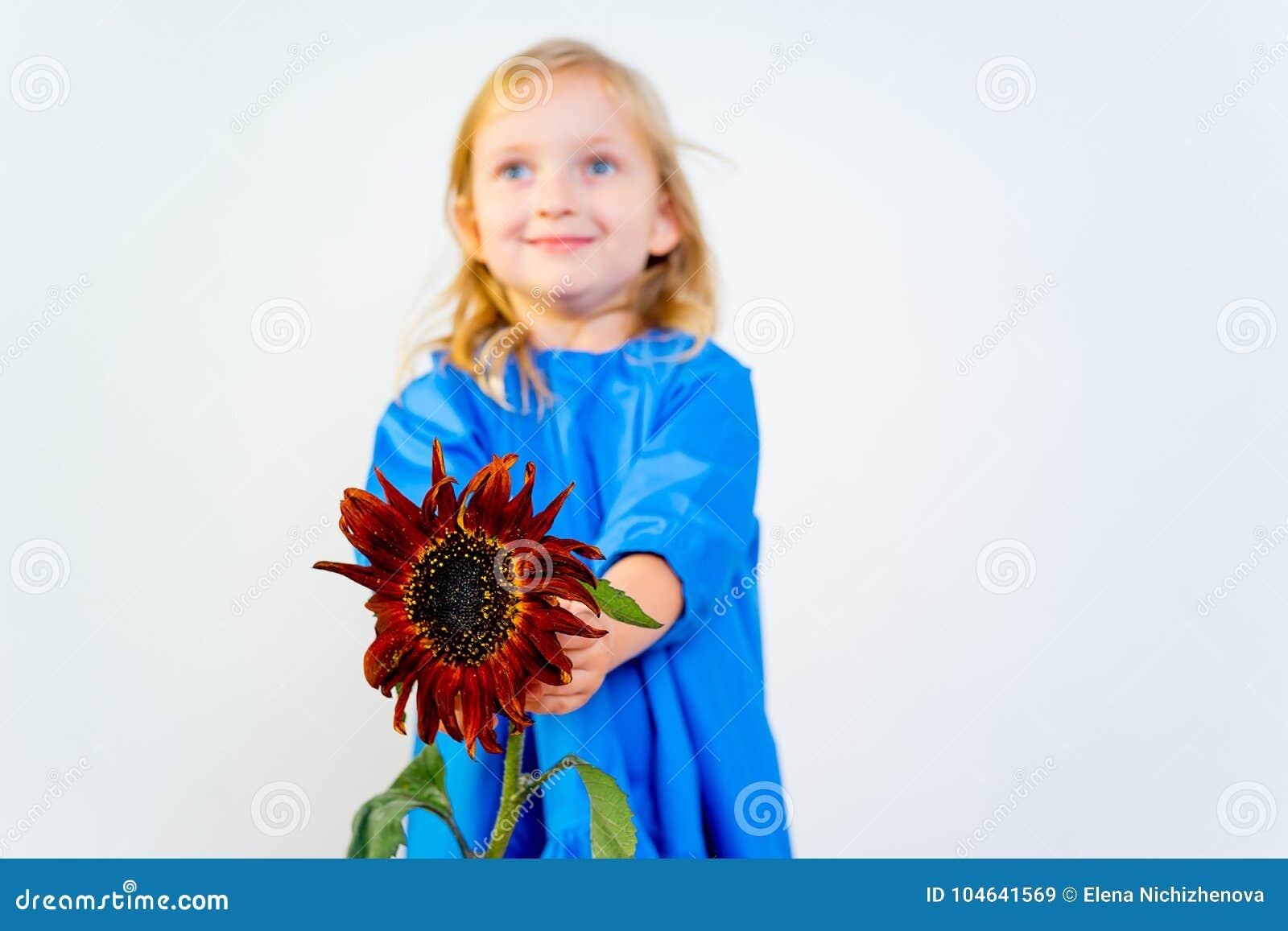 Download Meisje met bloemen stock afbeelding. Afbeelding bestaande uit pret - 104641569