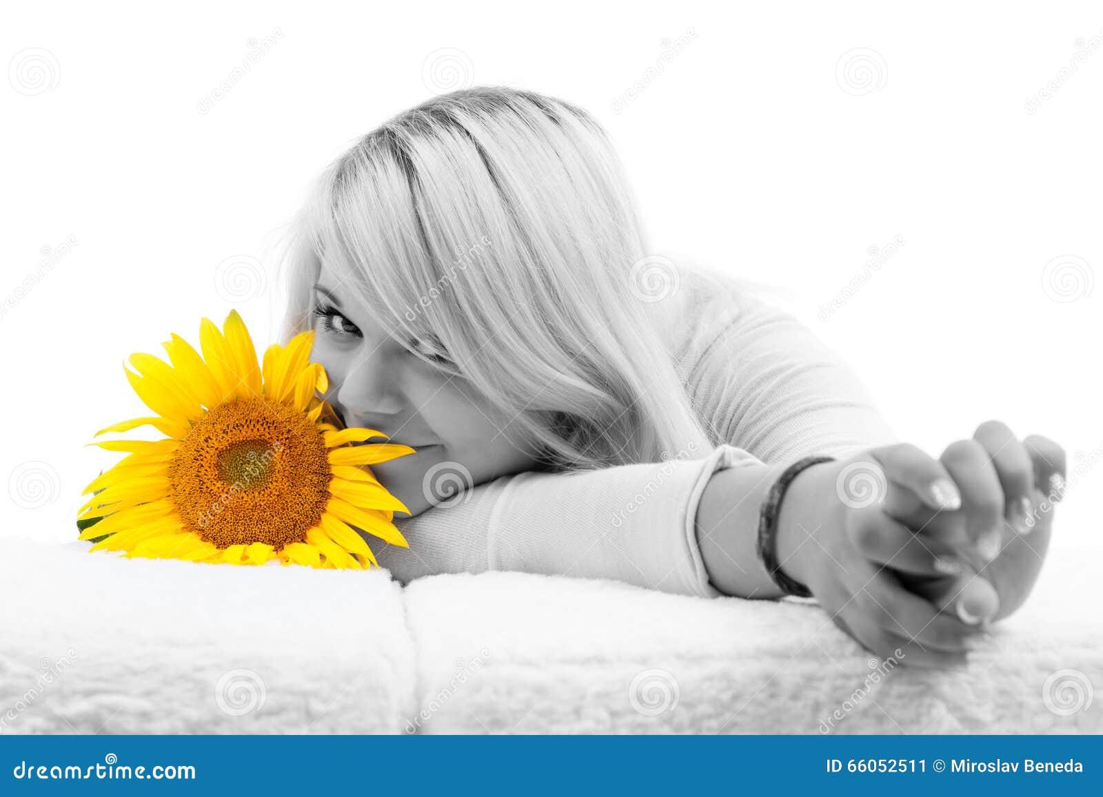 Meisje met blondehaar met zonnebloemen