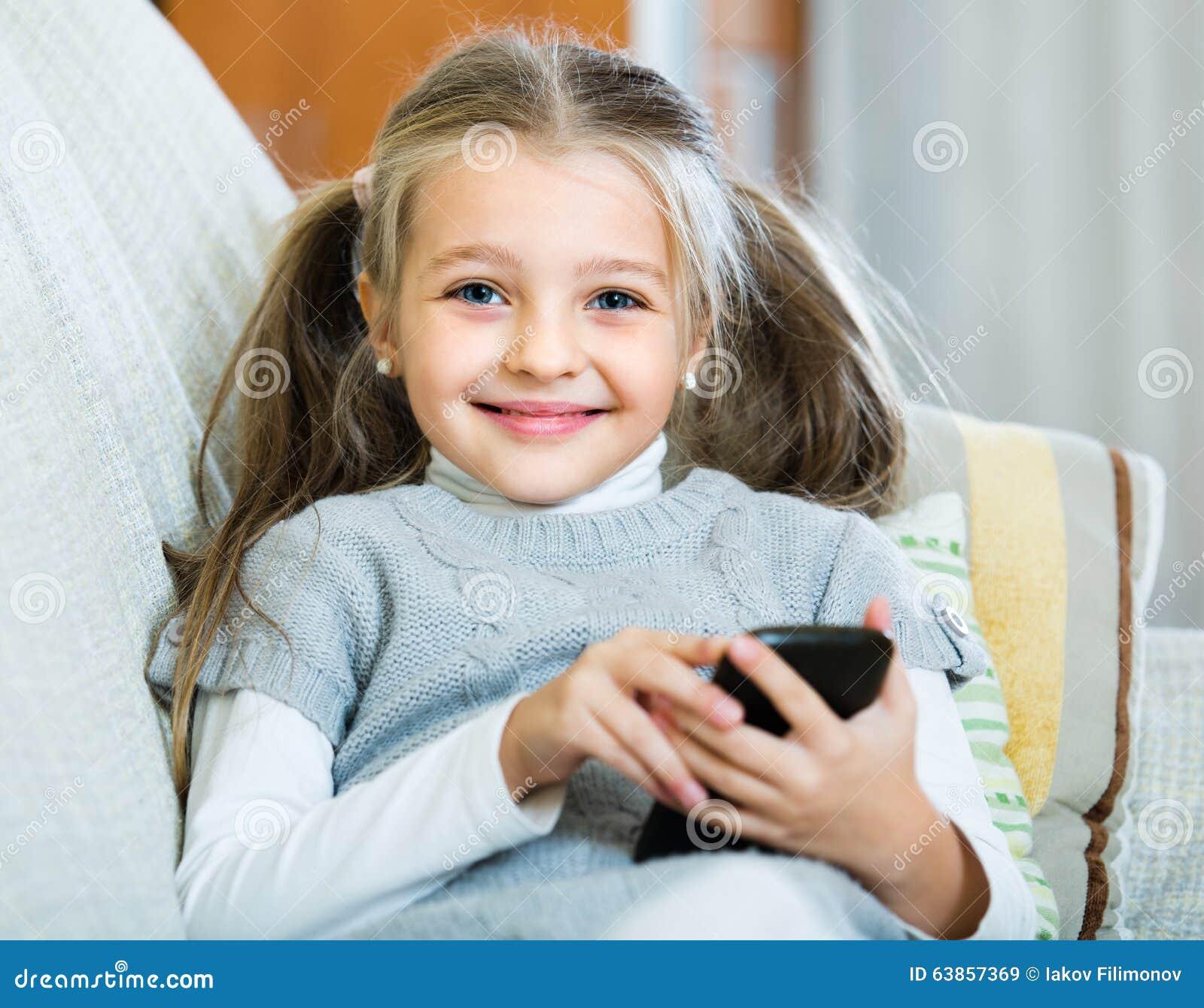Meisje met celtelefoon binnen stock foto afbeelding 63857369 - Foto tiener ruimte meisje ...