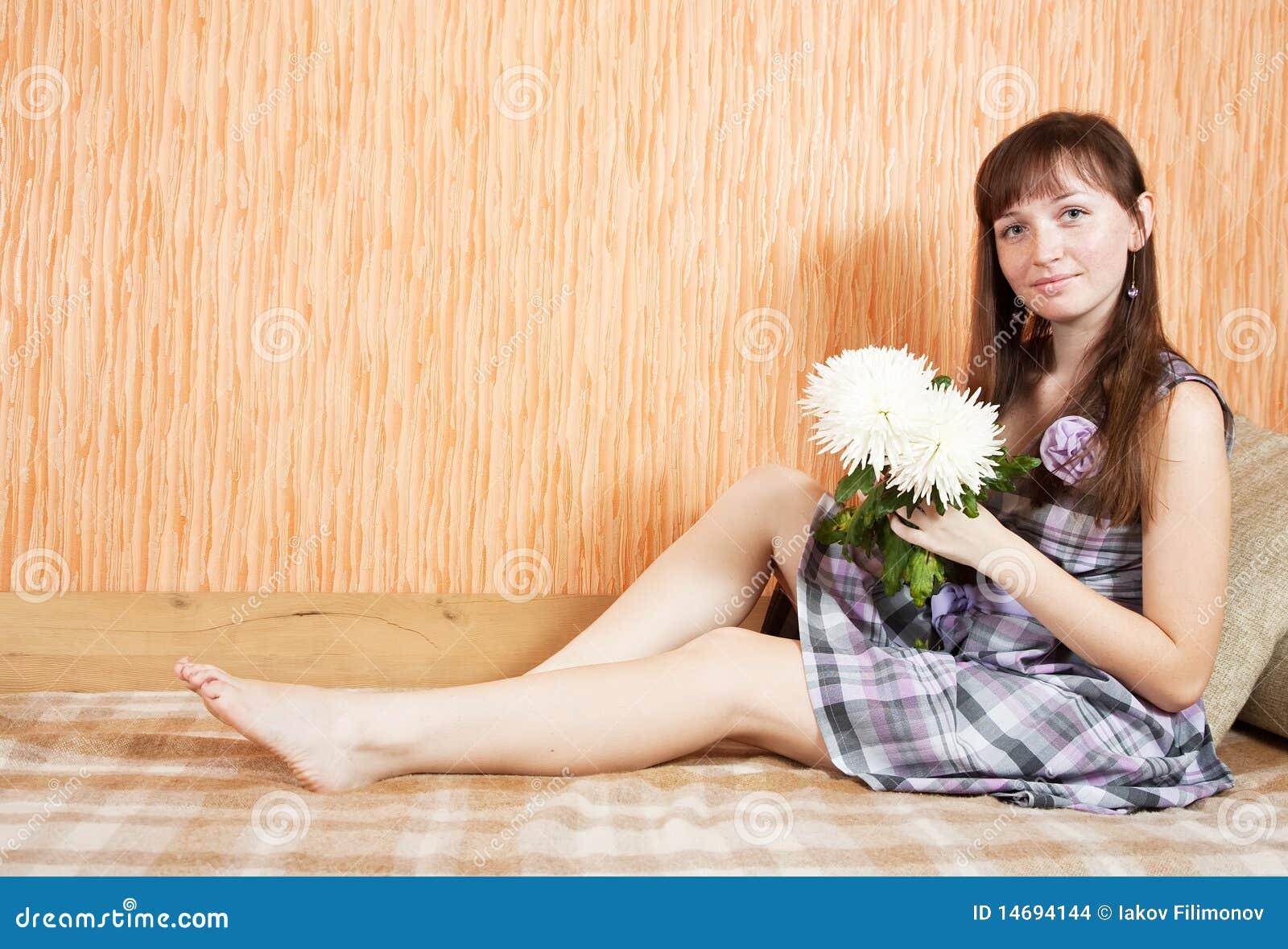 Meisje met chrysantenbloem