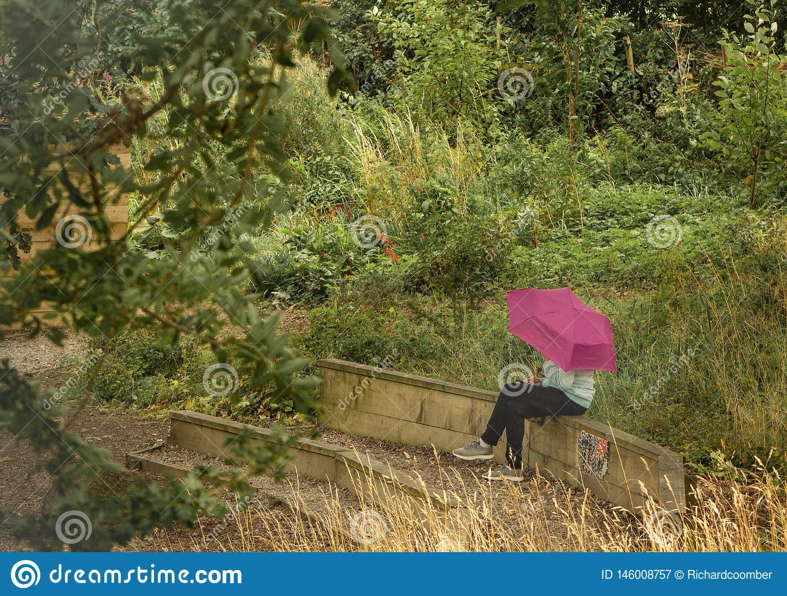 Meisje met de roze paraplu