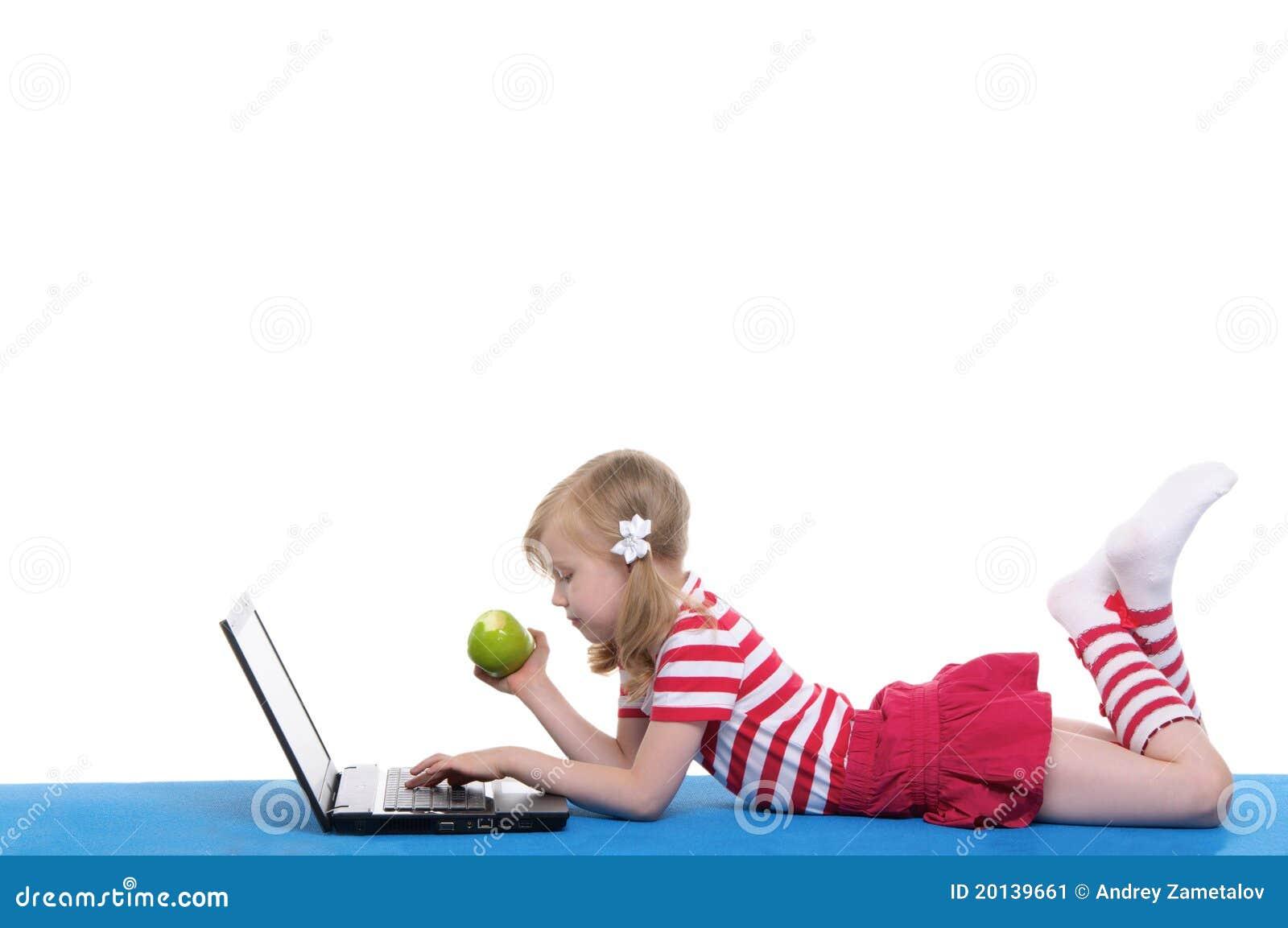 Meisje met een appel en laptop op deken